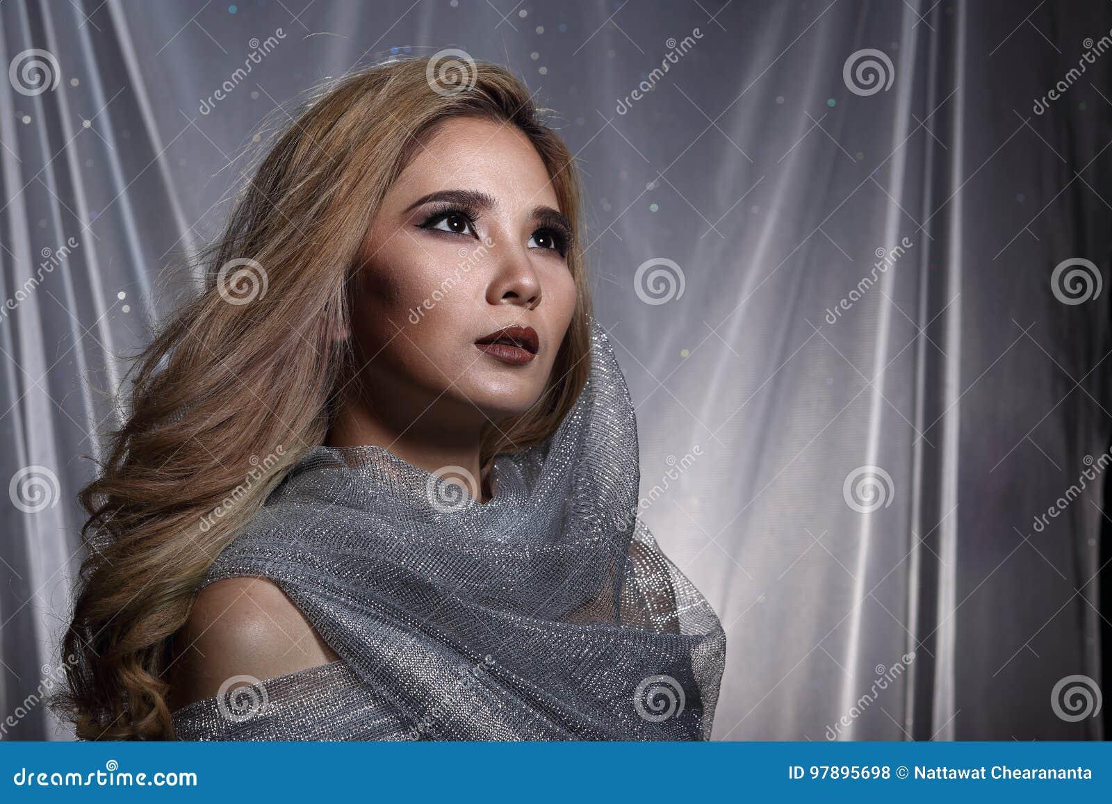 De dame op Sterachtergrond met drapeert grijs zilver schittert stof Ha