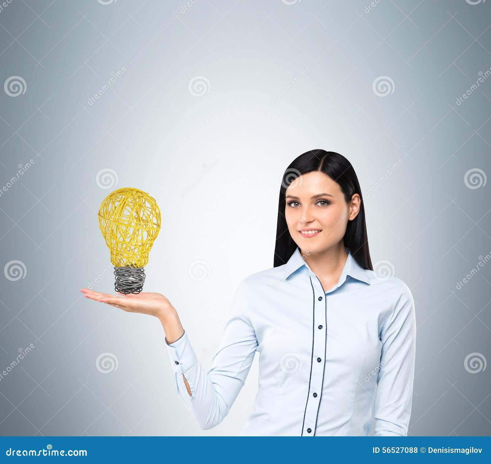 De dame stelt een gloeilamp als concept nieuw idee in zaken voor