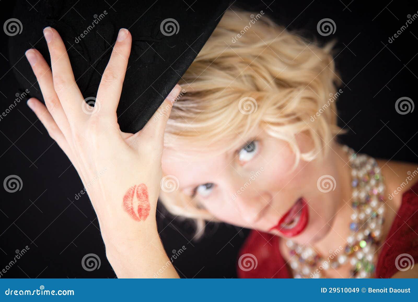 De dame van de pret met kusspoor op de hand