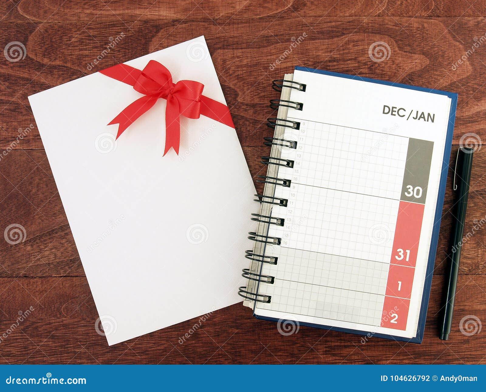 Download De Datum Van December En Januari Op De Ontwerperspagina Van De Kalenderagenda En Witte Envelop Van Groetkaart Met Rood Lint Buige Stock Foto - Afbeelding bestaande uit close, vier: 104626792