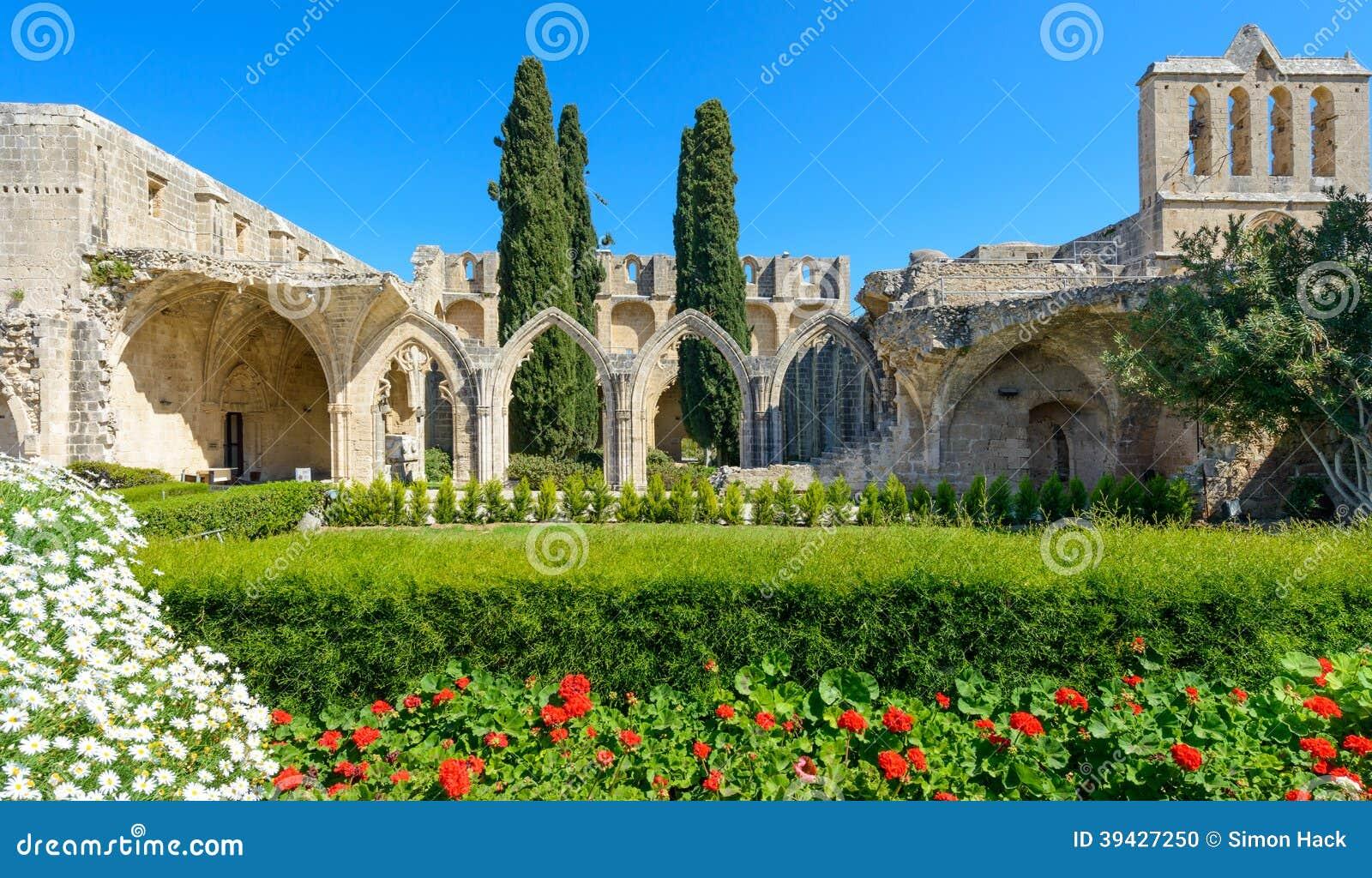 De 13de eeuw Gotisch klooster in Bellapais, noordelijk Cyprus 4