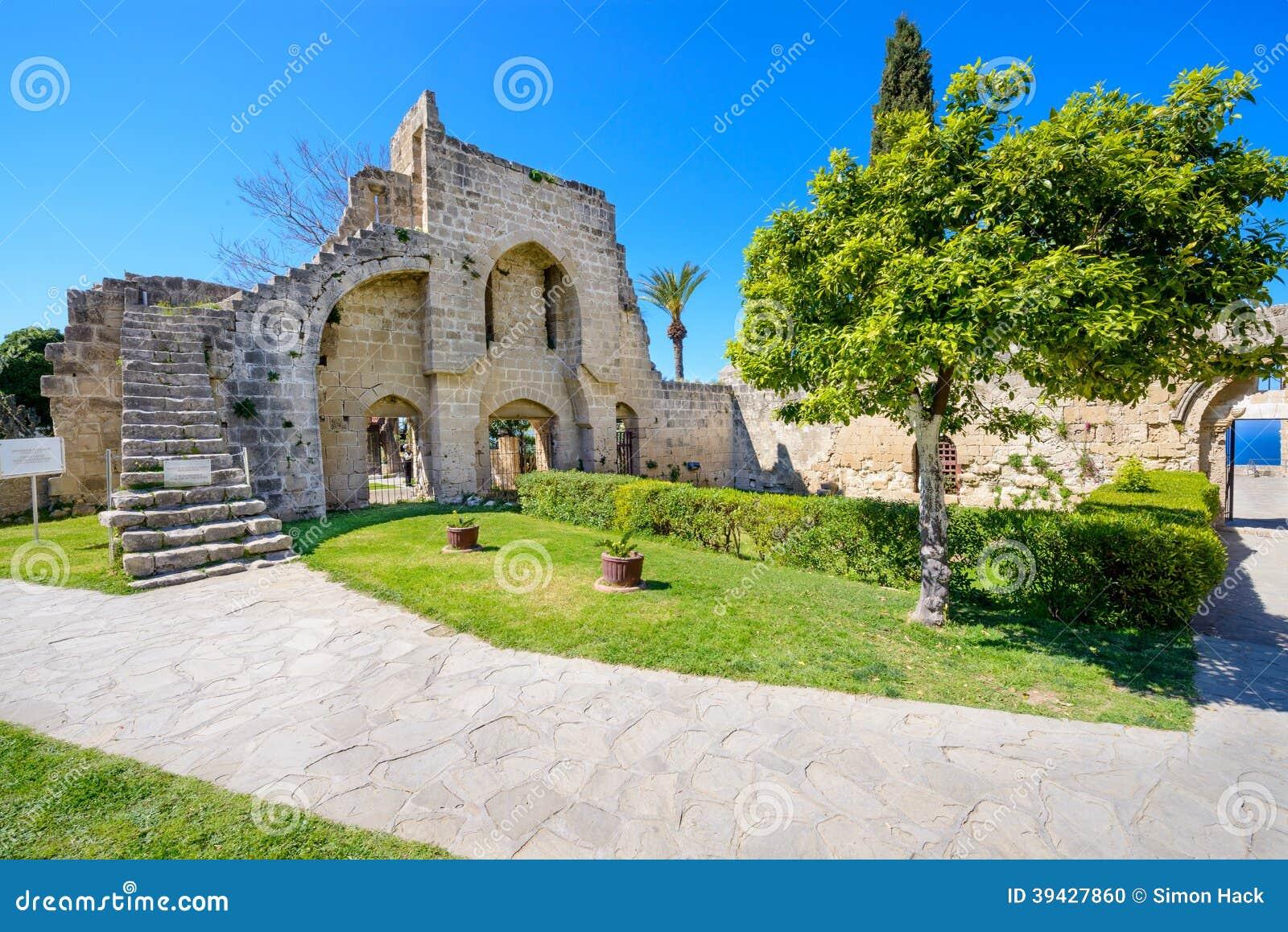 De 13de eeuw Gotisch klooster in Bellapais, noordelijk Cyprus 8