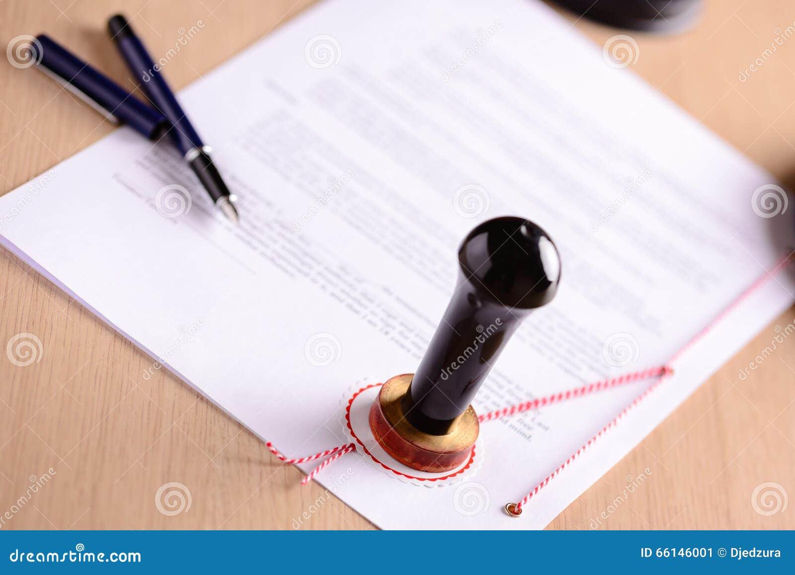 De de openbare pen en zegel van de notaris op testament