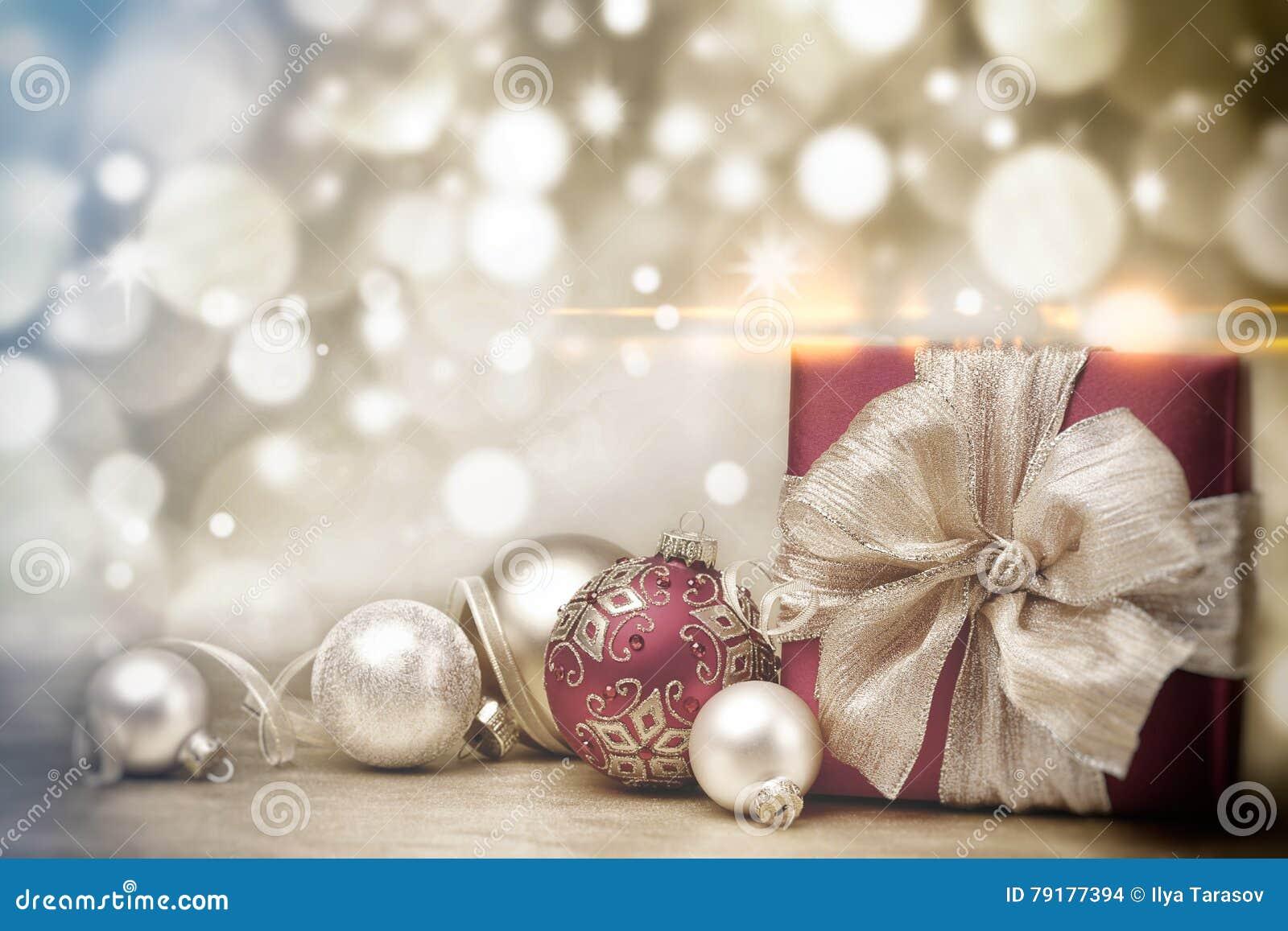 De de rode doos en snuisterijen van de Kerstmisgift op achtergrond van defocused gouden lichten