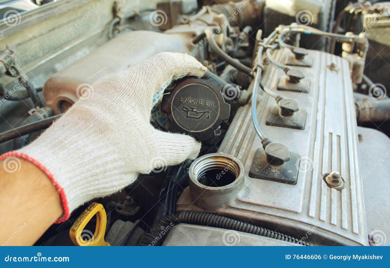 De de vullerhals van de dekkingsolie van de auto