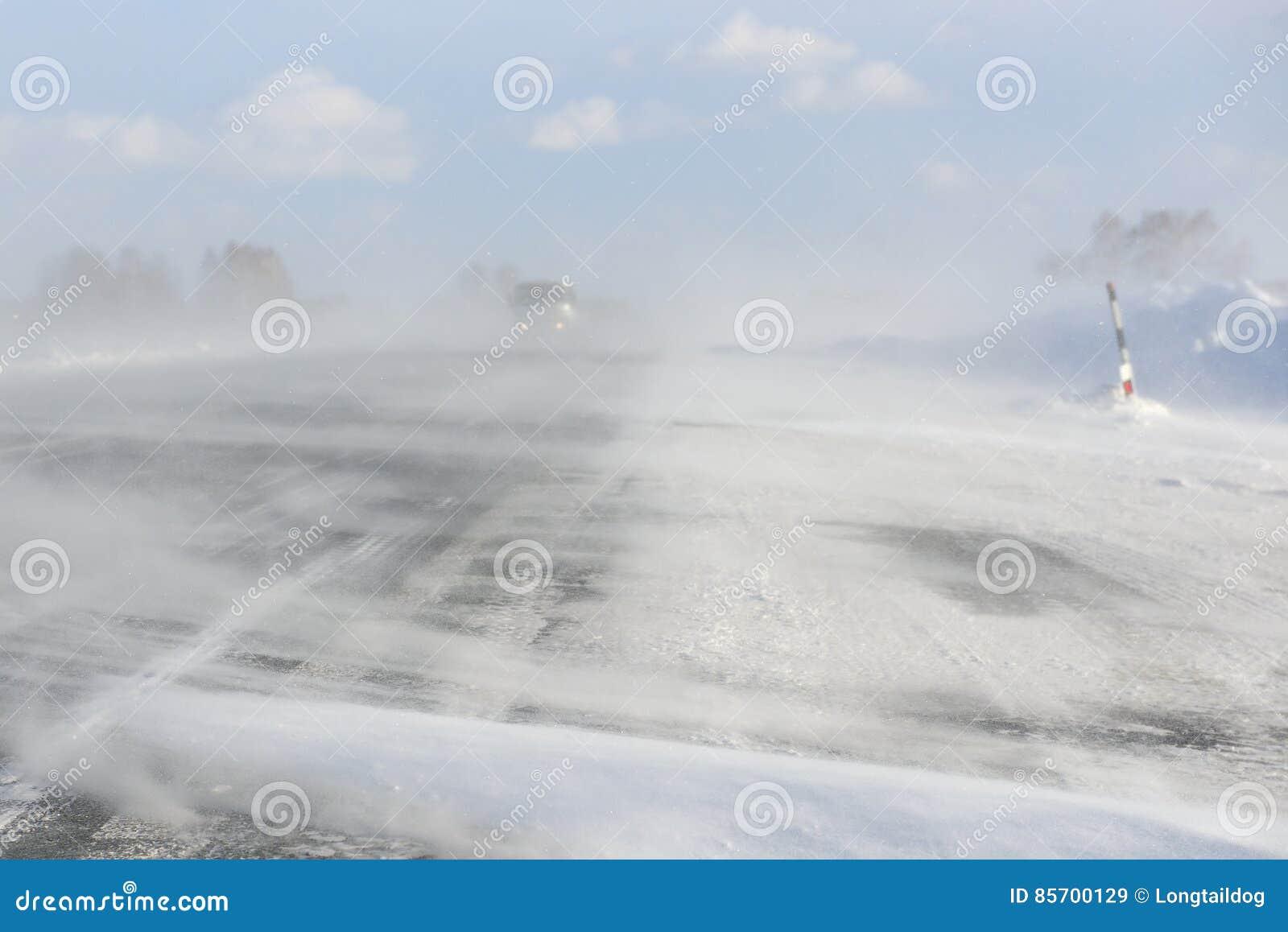 De de winterblizzard blokkeerde een weg