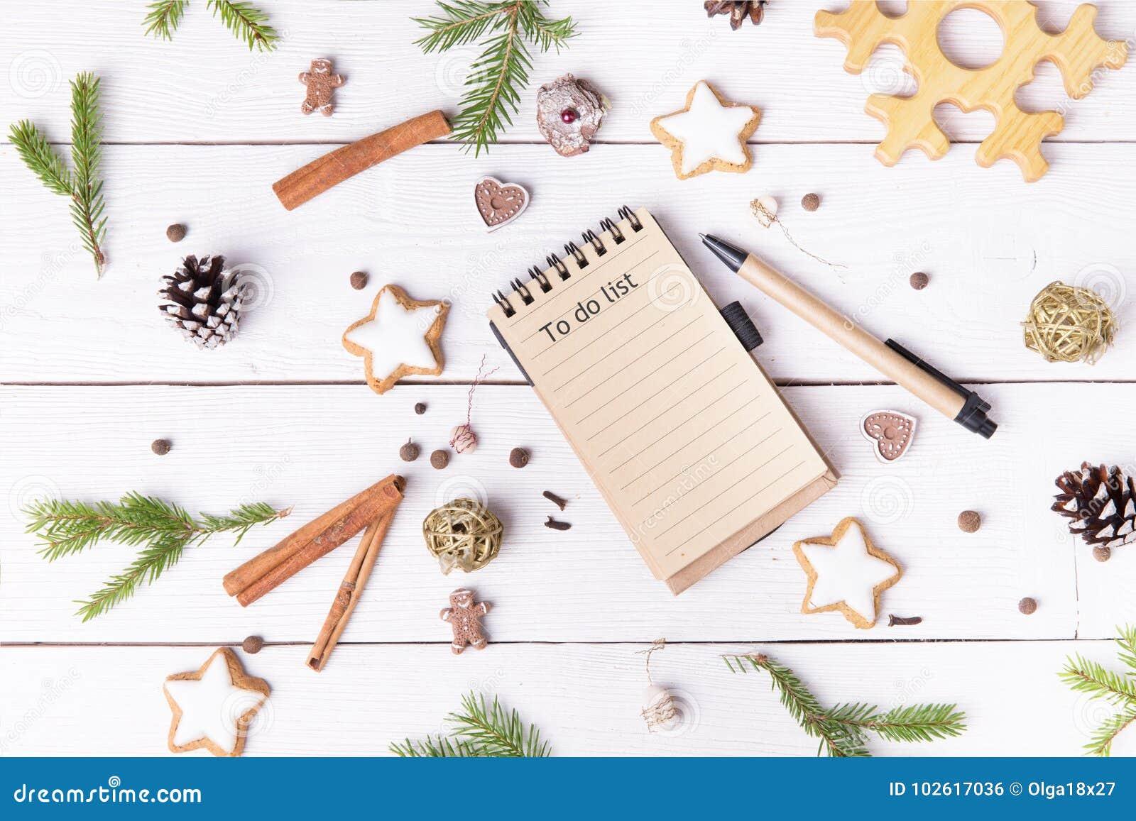 De decoratie en het notitieboekje van de Kerstmisvakantie met om lijst op witte uitstekende lijst van te doen hierboven, Kerstmis