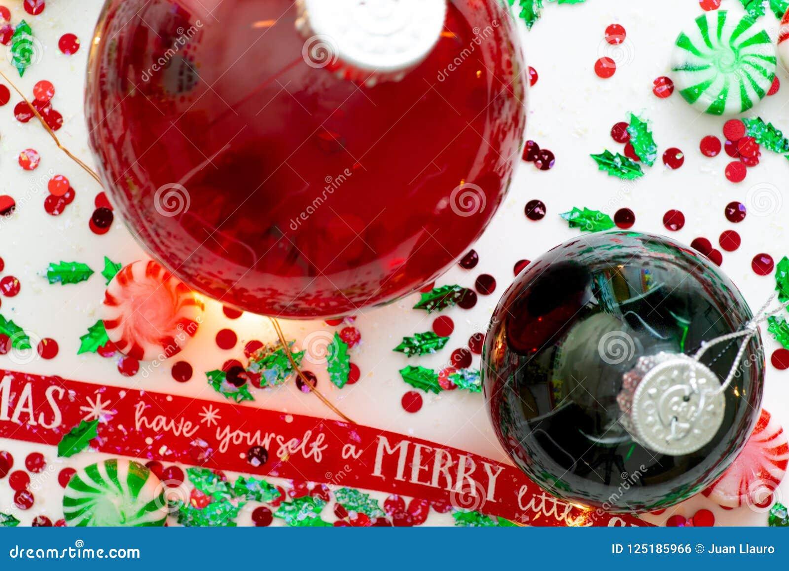 De decoratie met rode vloeistof vulde de bal van het Kerstmisornament en twee groene gevulde die ornamentballen door een rood heb