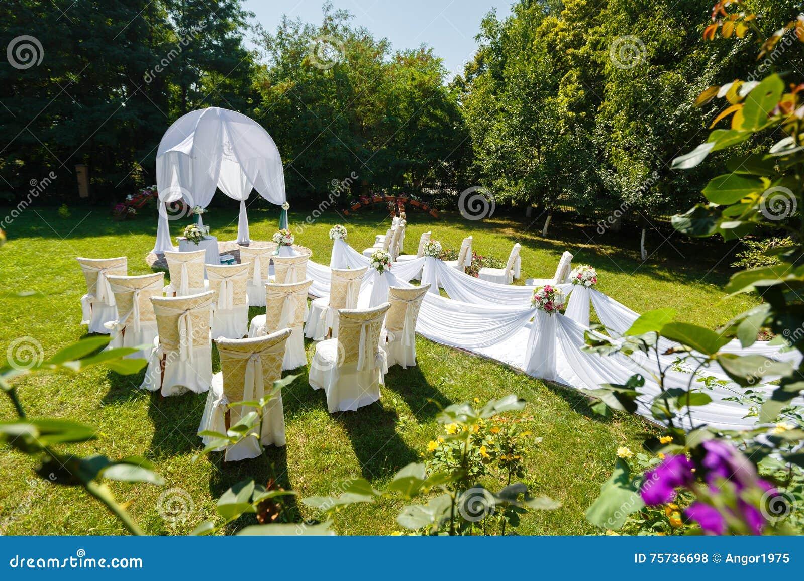 De decoratie van de huwelijksceremonie in de tuin stock foto