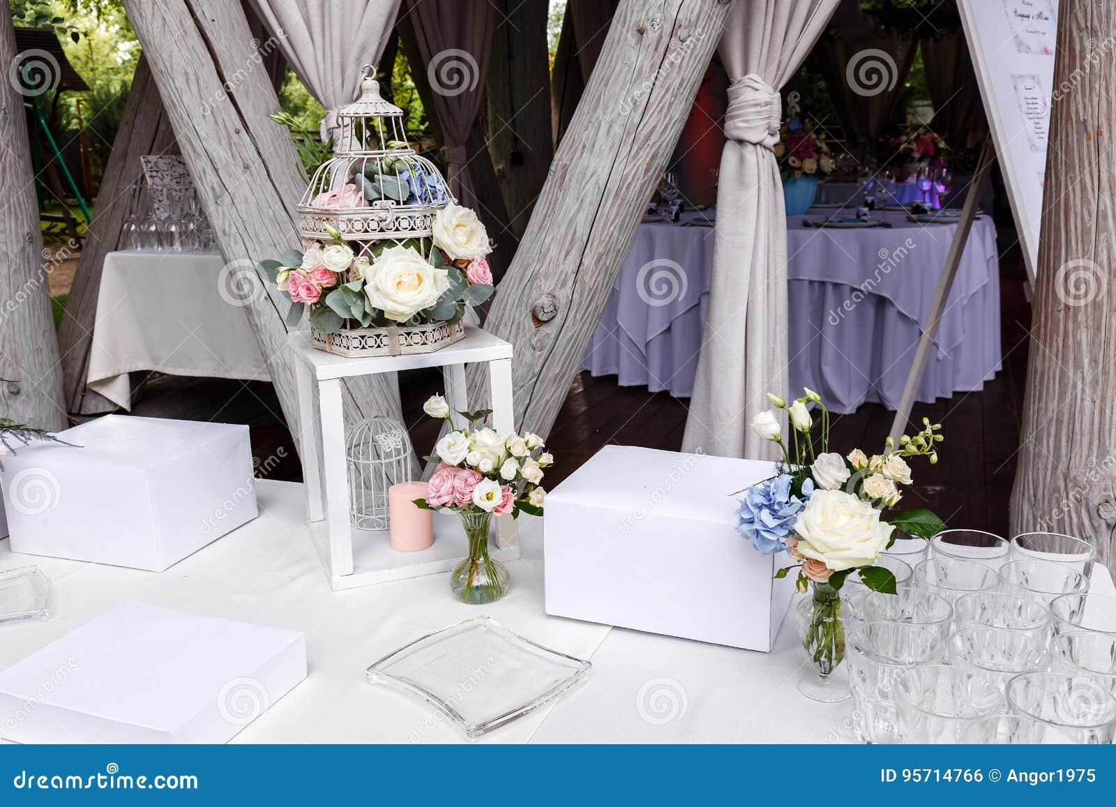 De decoratie van de huwelijksceremonie in restaurant in openlucht