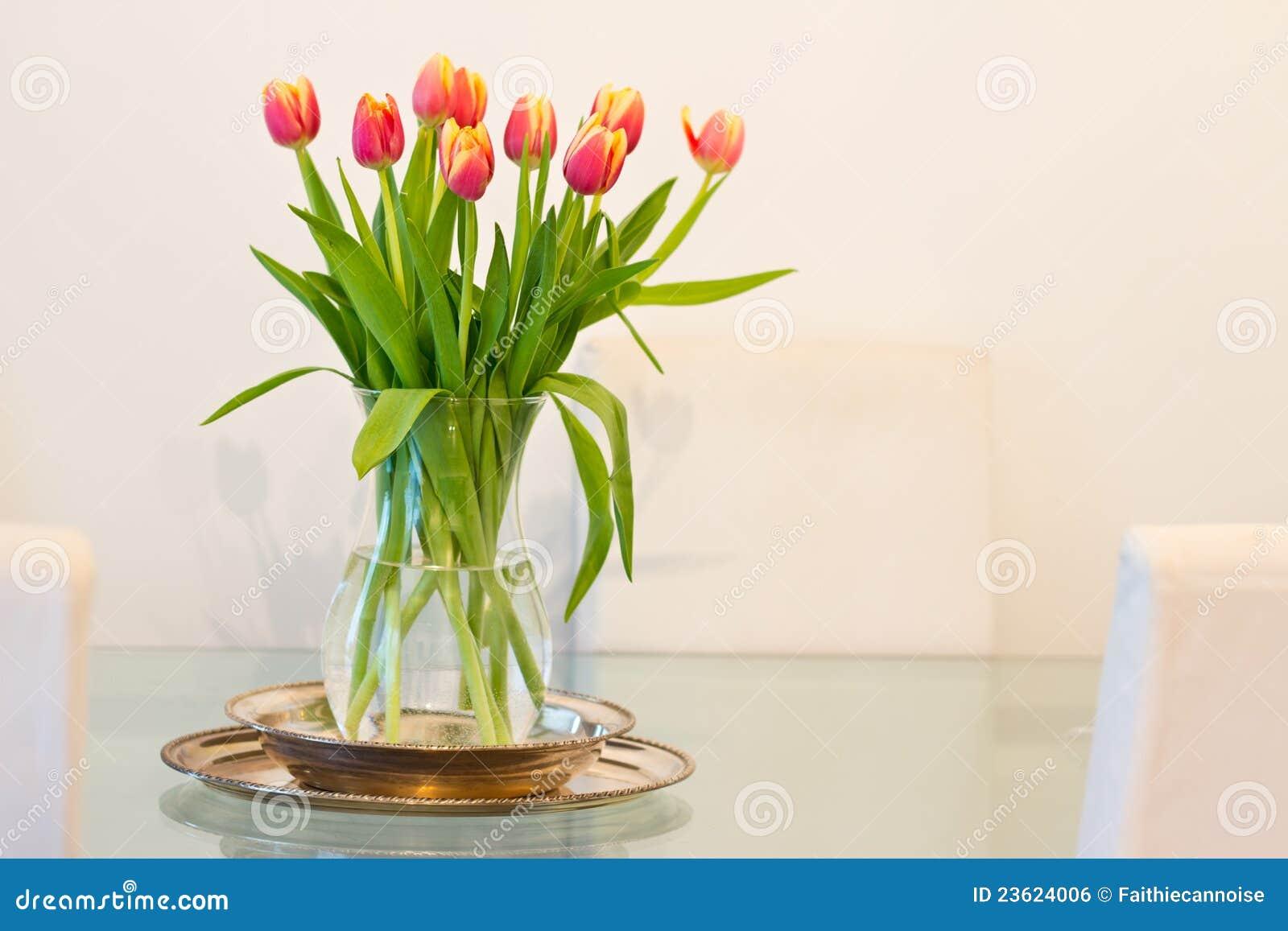 De decoratie van het huis vaas van tulpen op glaslijst - Decoratie afbeelding ...