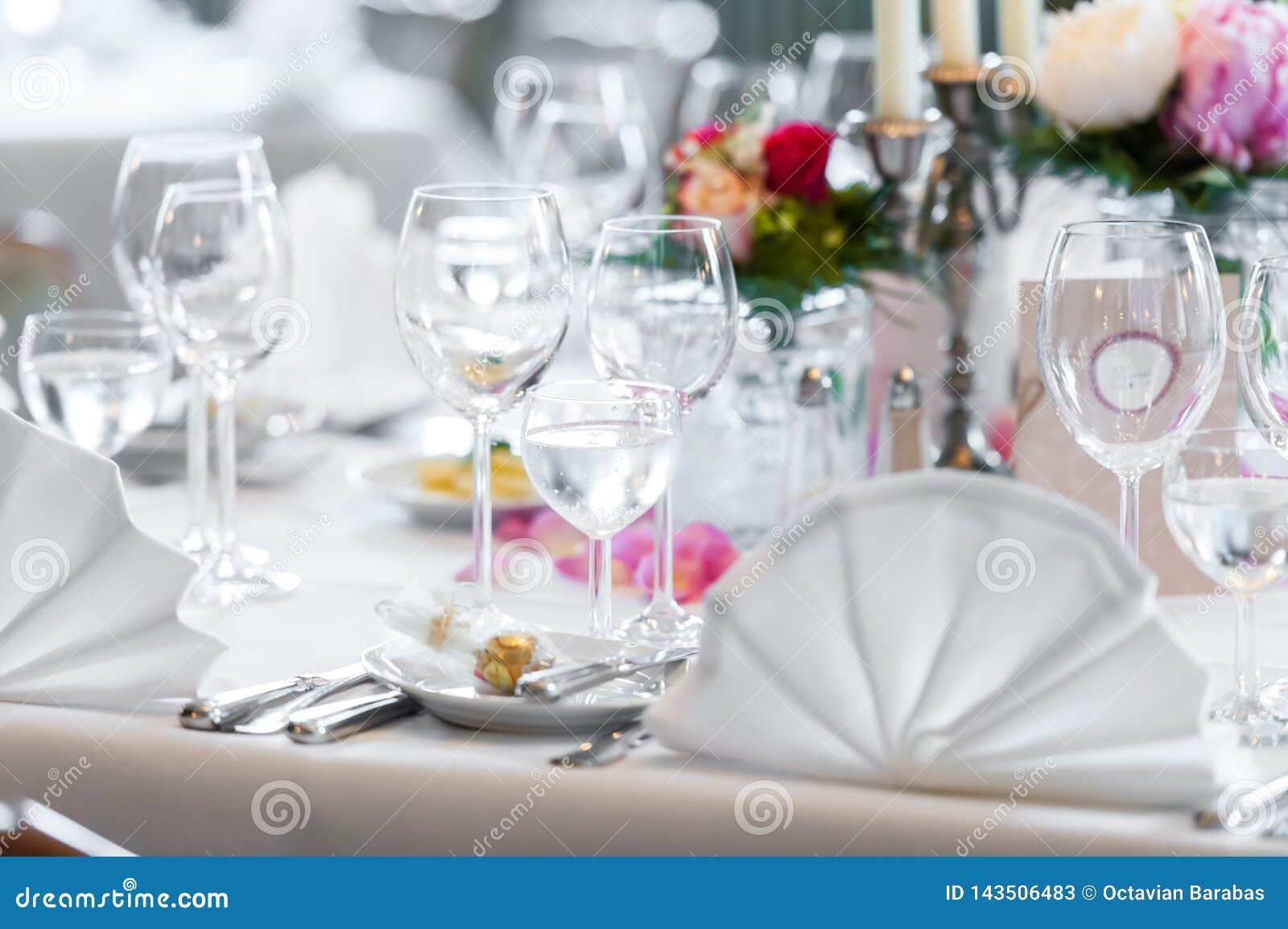 De decoratie van de huwelijkslijst in restaurant