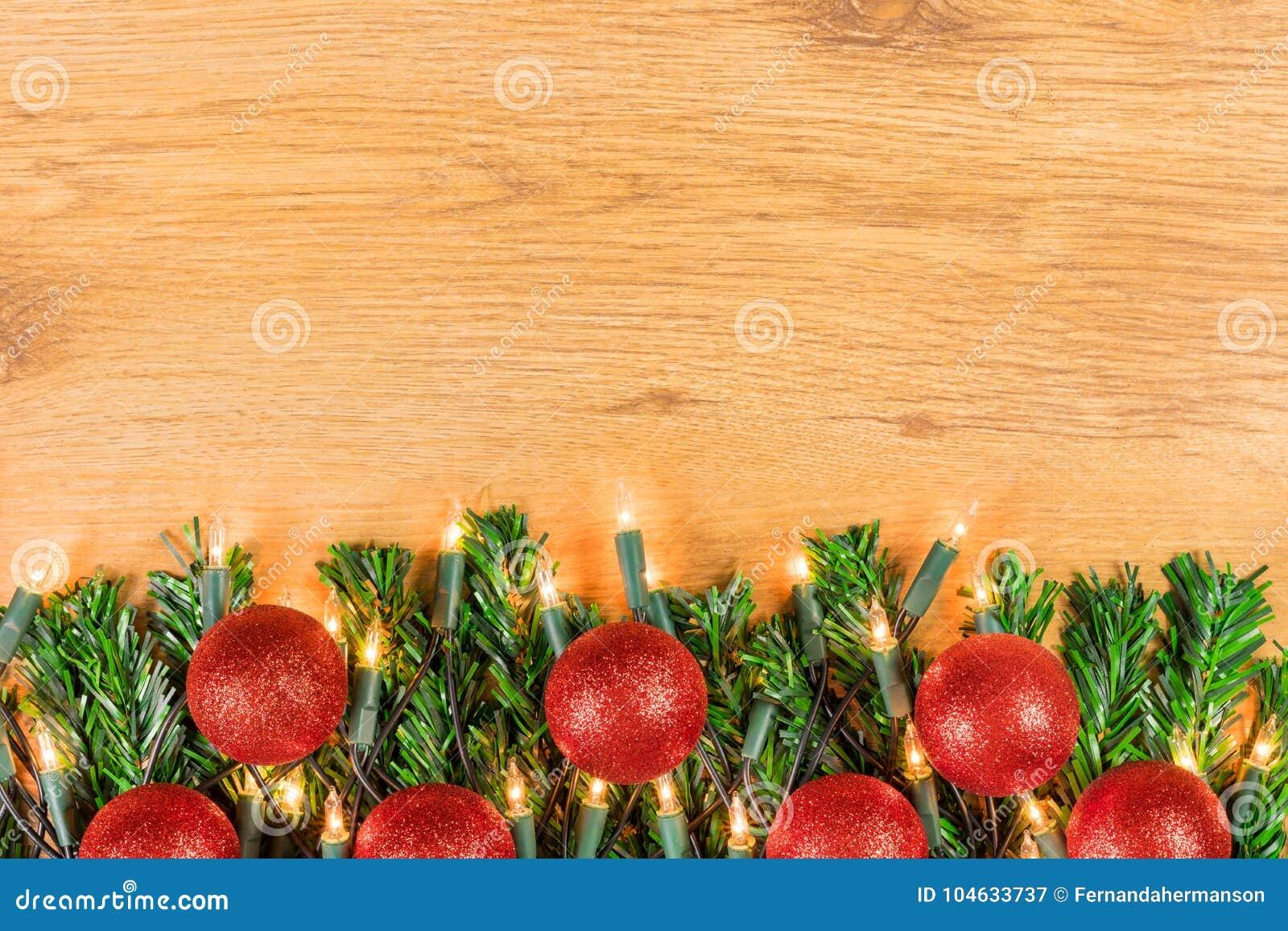 Download De Decoratie Van Kerstmis Op Houten Achtergrond Stock Afbeelding - Afbeelding bestaande uit baubles, licht: 104633737