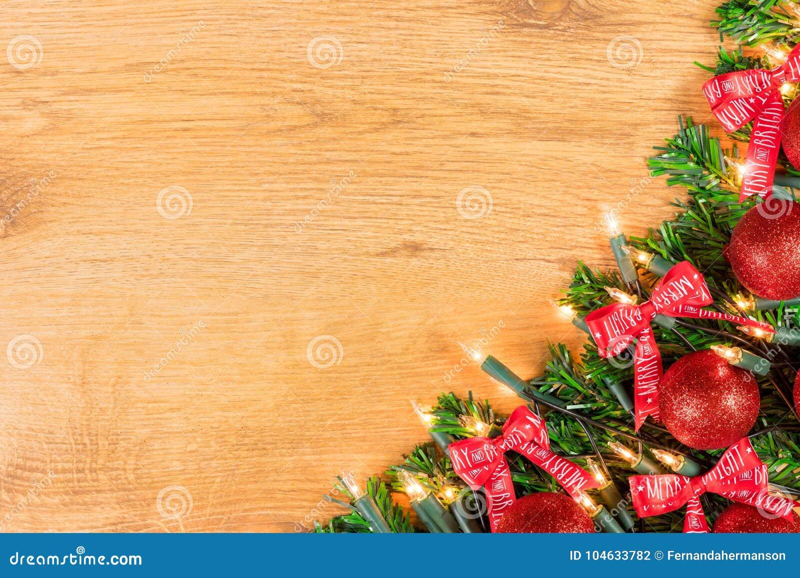Download De Decoratie Van Kerstmis Op Houten Achtergrond Stock Foto - Afbeelding bestaande uit kant, baubles: 104633782