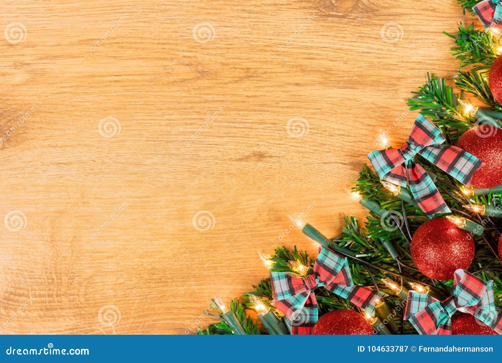 Download De Decoratie Van Kerstmis Op Houten Achtergrond Stock Afbeelding - Afbeelding bestaande uit spar, baubles: 104633787