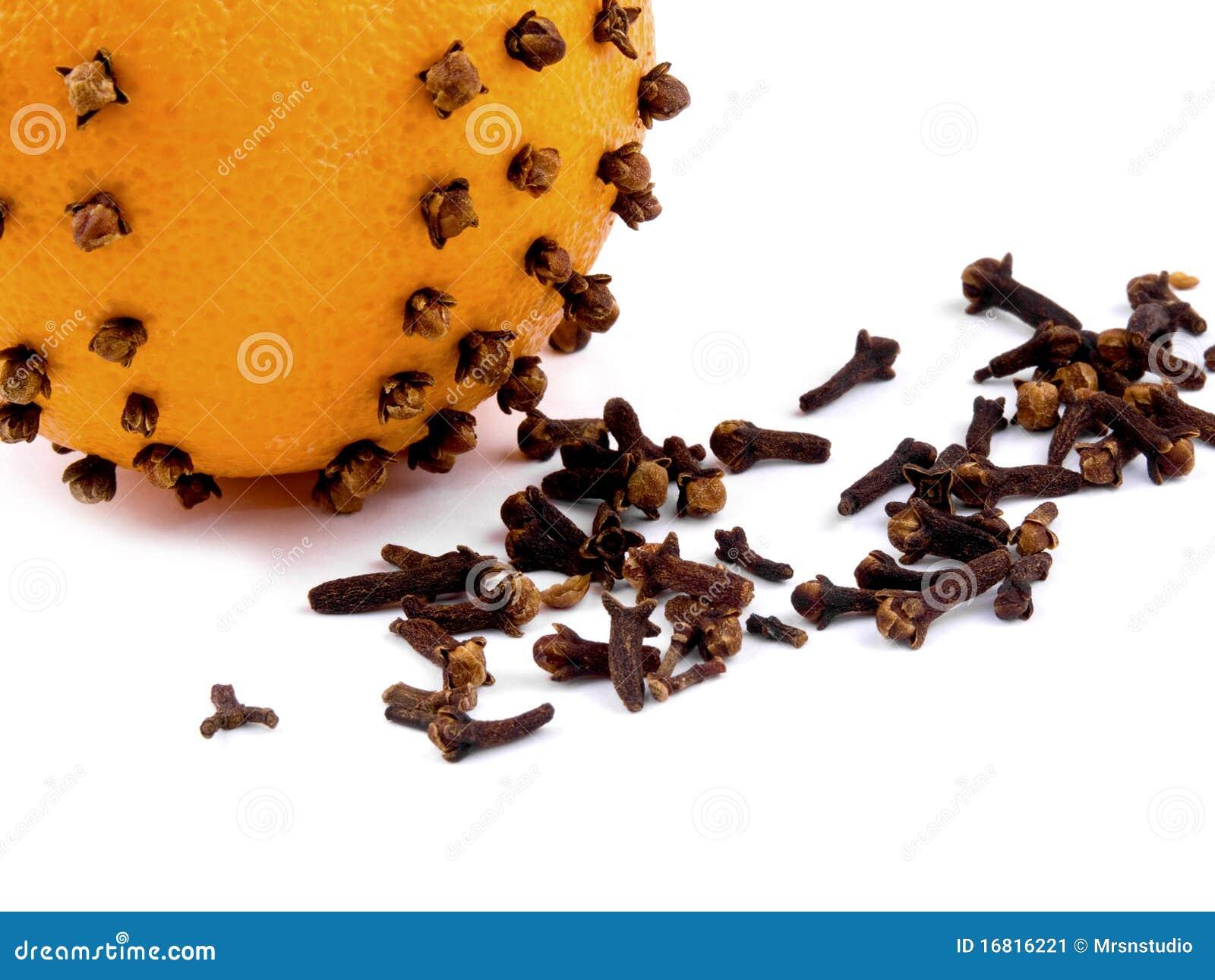 De decoratie van kerstmis sinaasappel met kruidnagels - Decoratie afbeelding ...