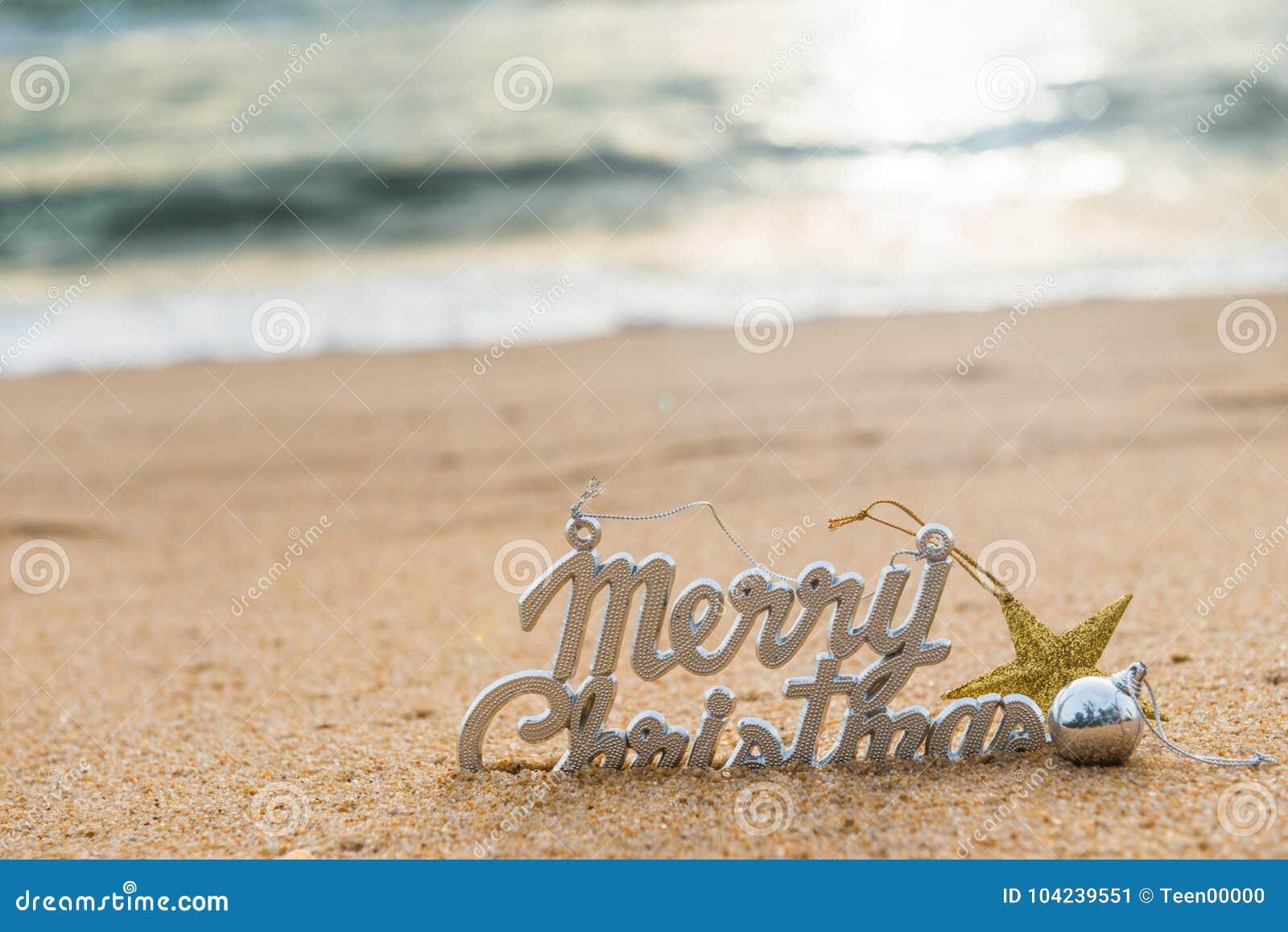 De decoratie van de Kerstmisbal op het zand van tropisch oceaanstrand