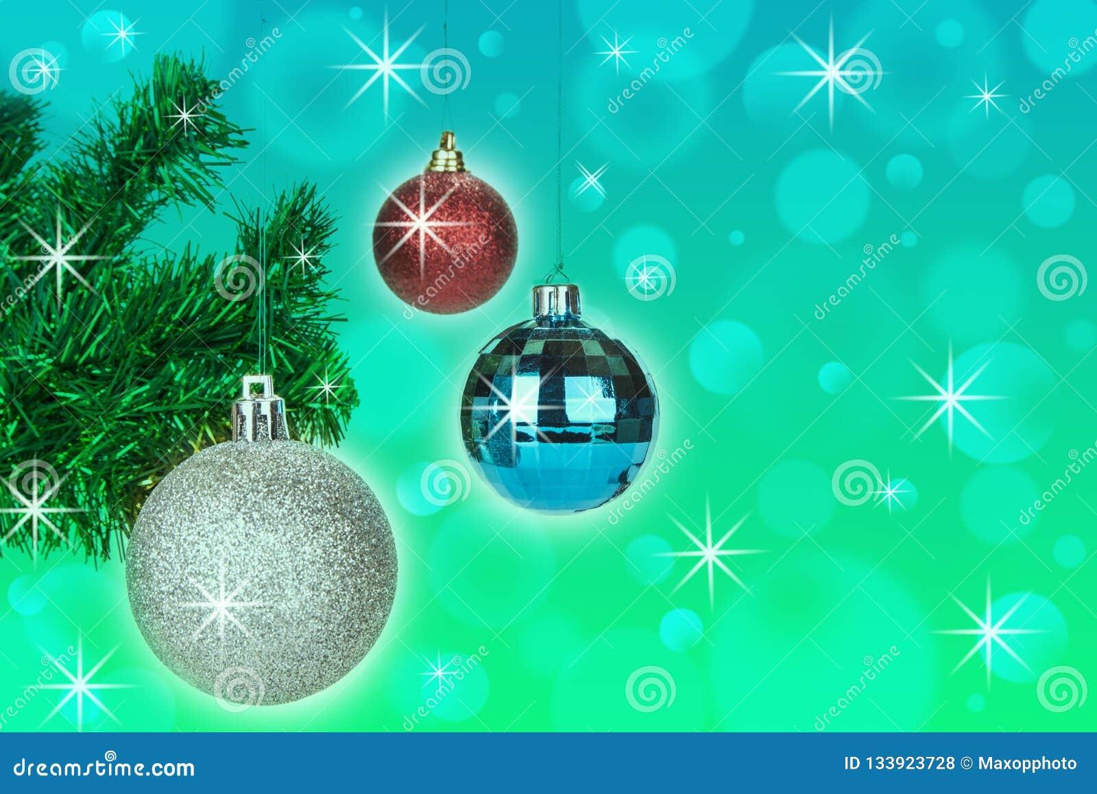 De decoratie van Kerstmisballen op abstracte bokehachtergrond