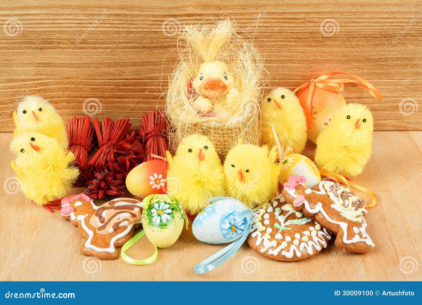 De decoratie van pasen peperkoek kip en geschilderde eieren stock foto afbeelding 30009100 - Foto van decoratie ...