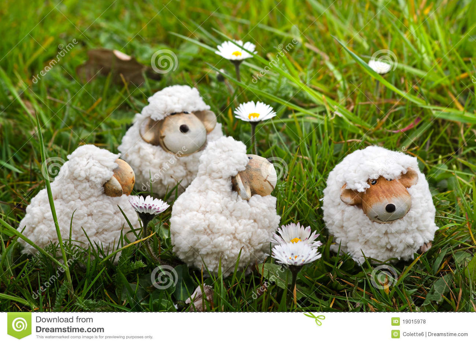 De decoratie van pasen of van de lente vier schapen in gras stock foto afbeelding 19015978 - Decoratie van de villas ...