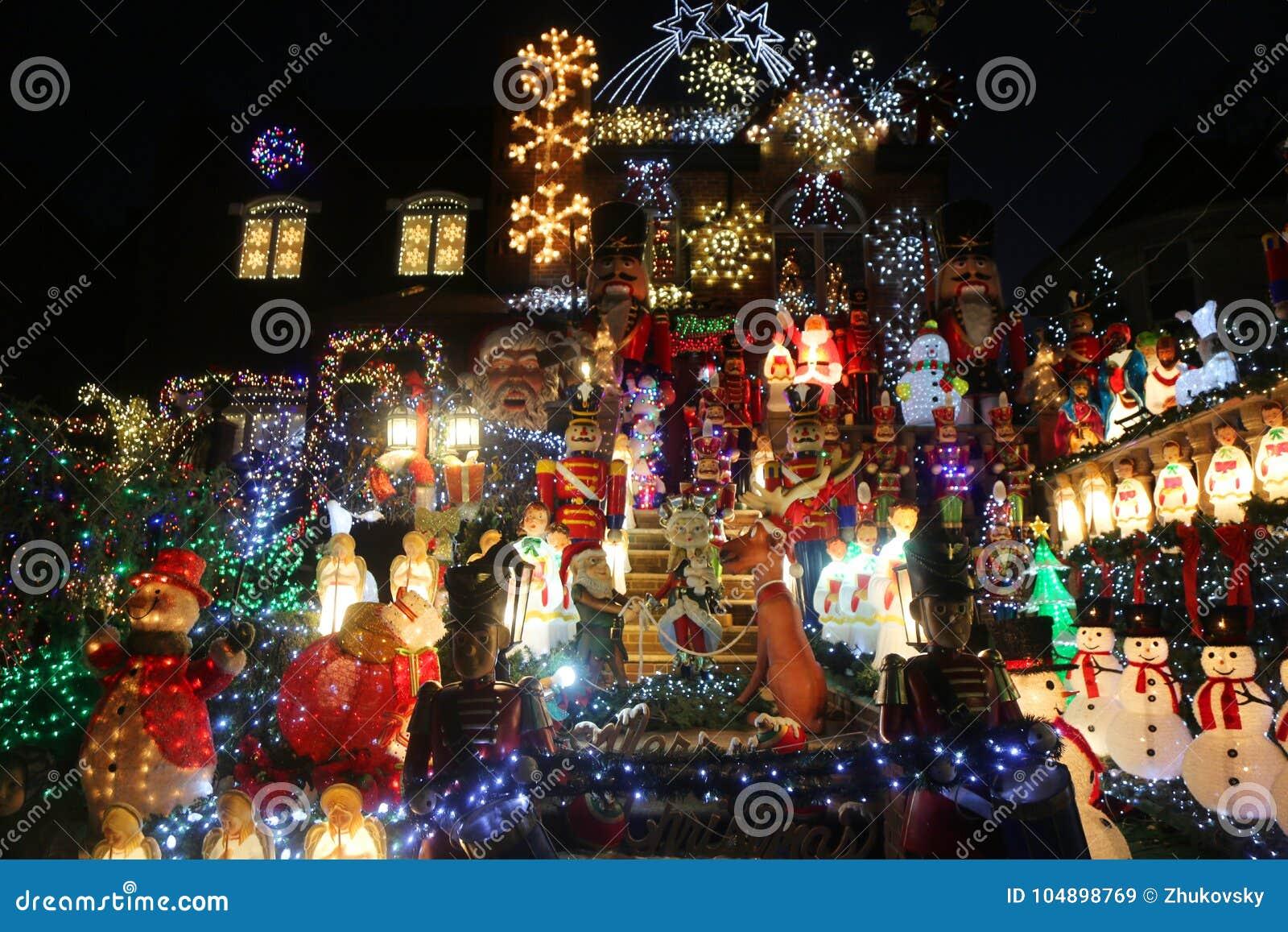 De de decoratielichten van het Kerstmishuis tonen in de buurt in de voorsteden van Brooklyn van Dyker-Hoogten