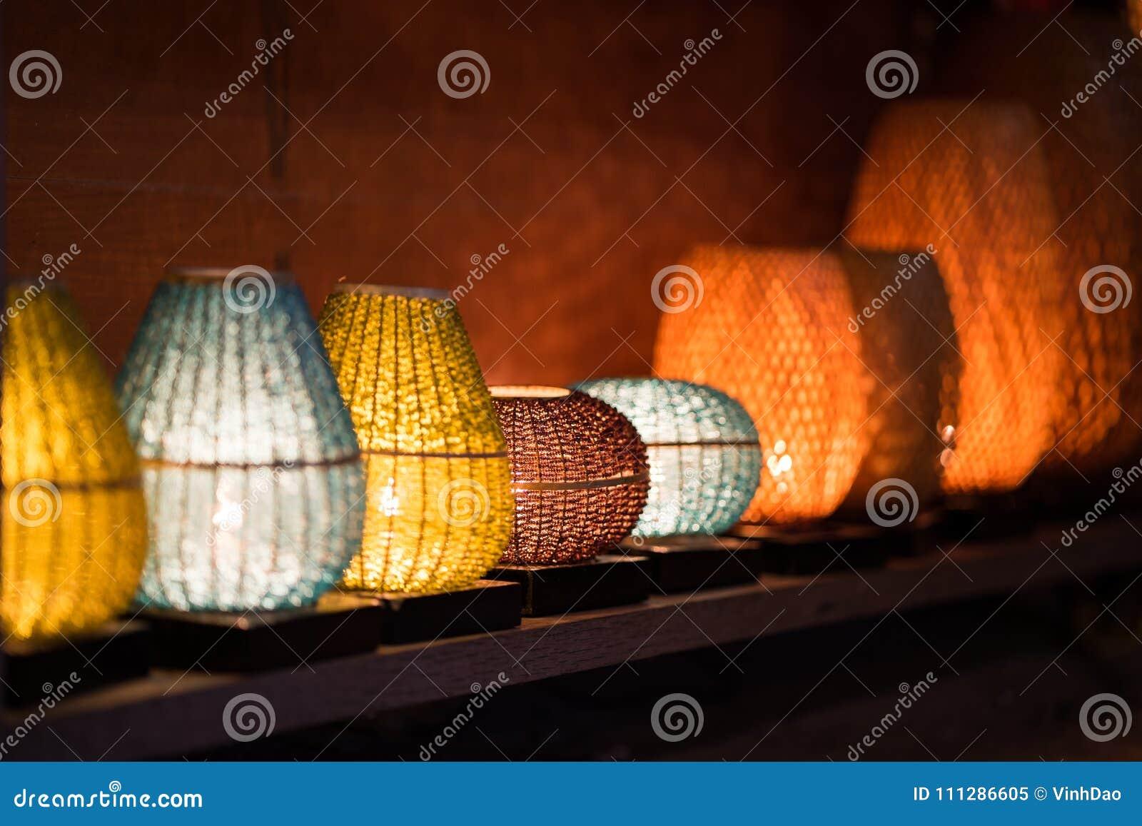 De decoratieve die lantaarns van ambachtsbamboe worden gemaakt vlechten mand in de oude stad van Hoi An, Vietnam