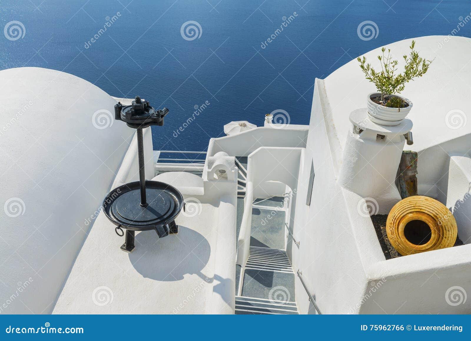 De decoratieve punten versieren de daken van traditionele griekse