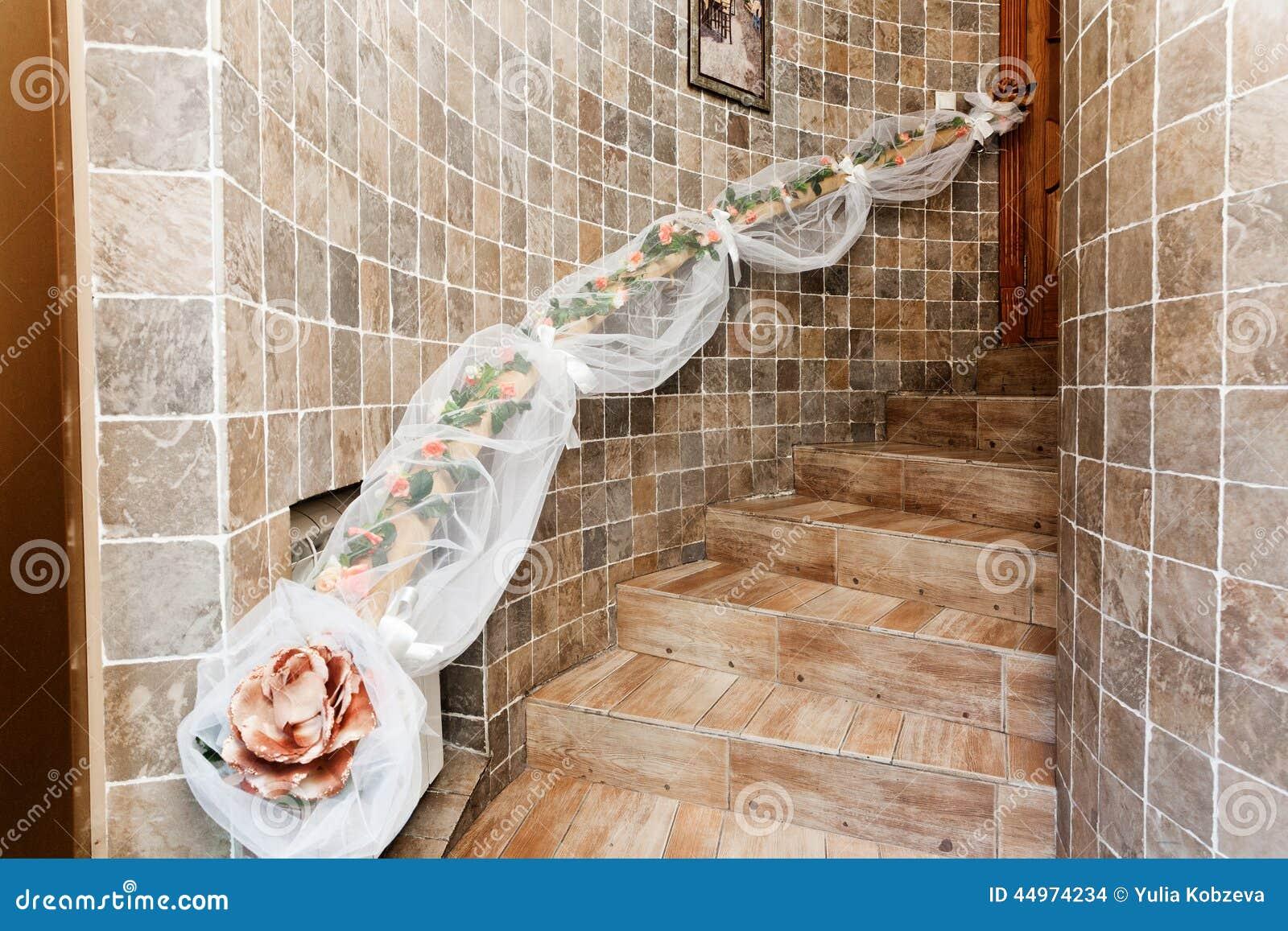 De decoratieve trap bloeit treden houten tegels stock foto