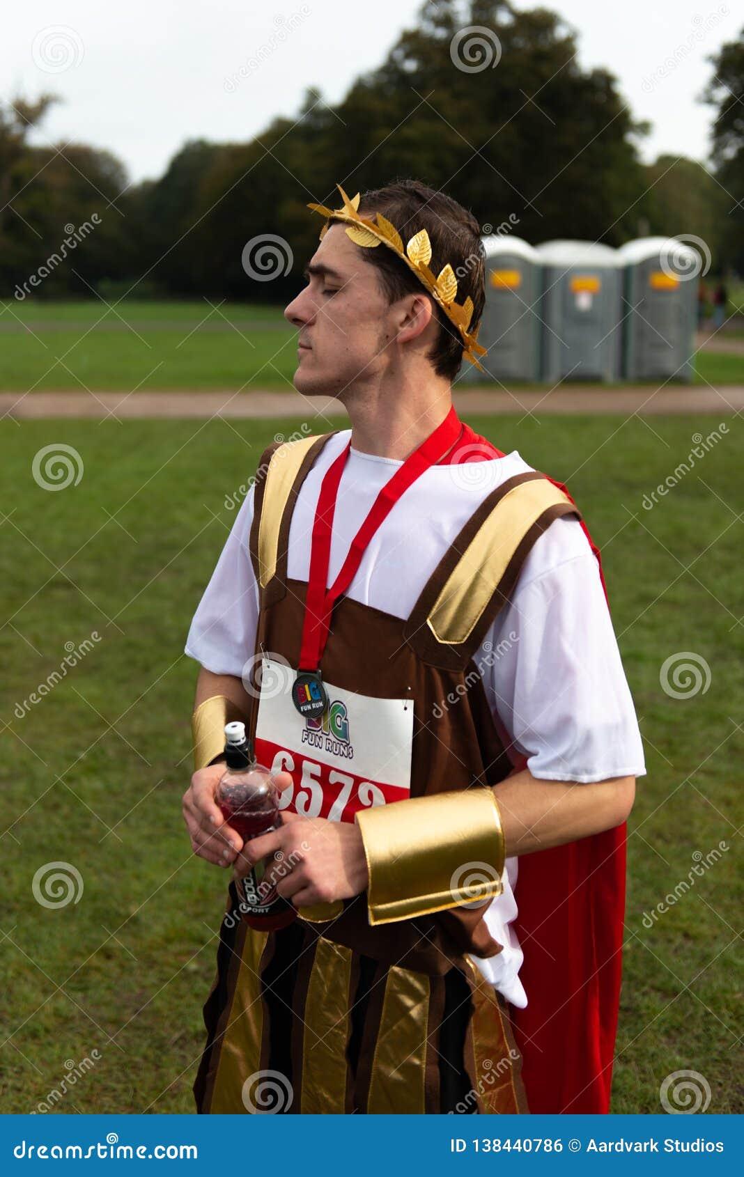 De deelnemer van de liefdadigheidslooppas kleedde zich in Roman kleren