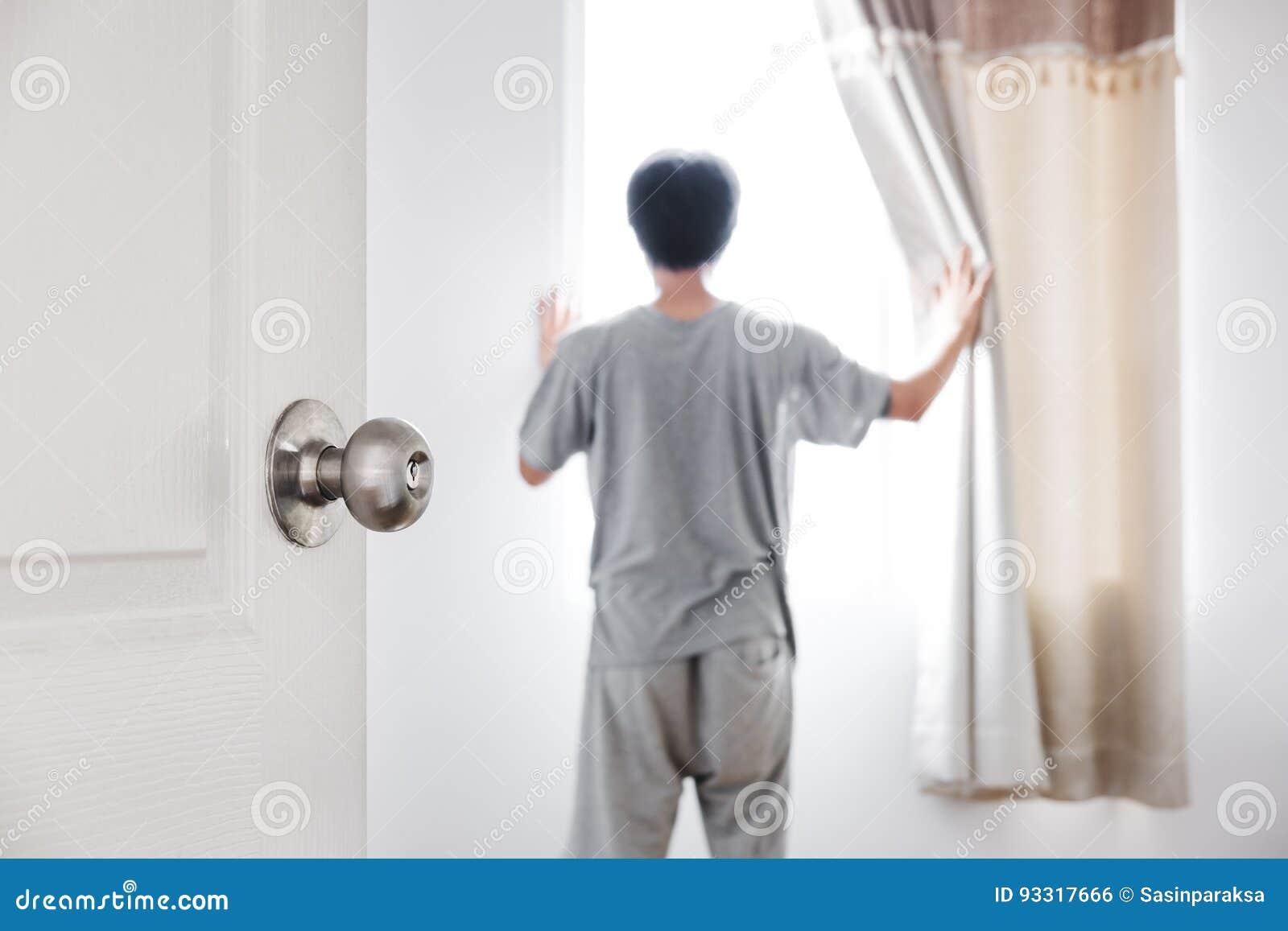 Gordijn Voor Deur : De deur opende voor de ruimte met een mensen open gordijn die