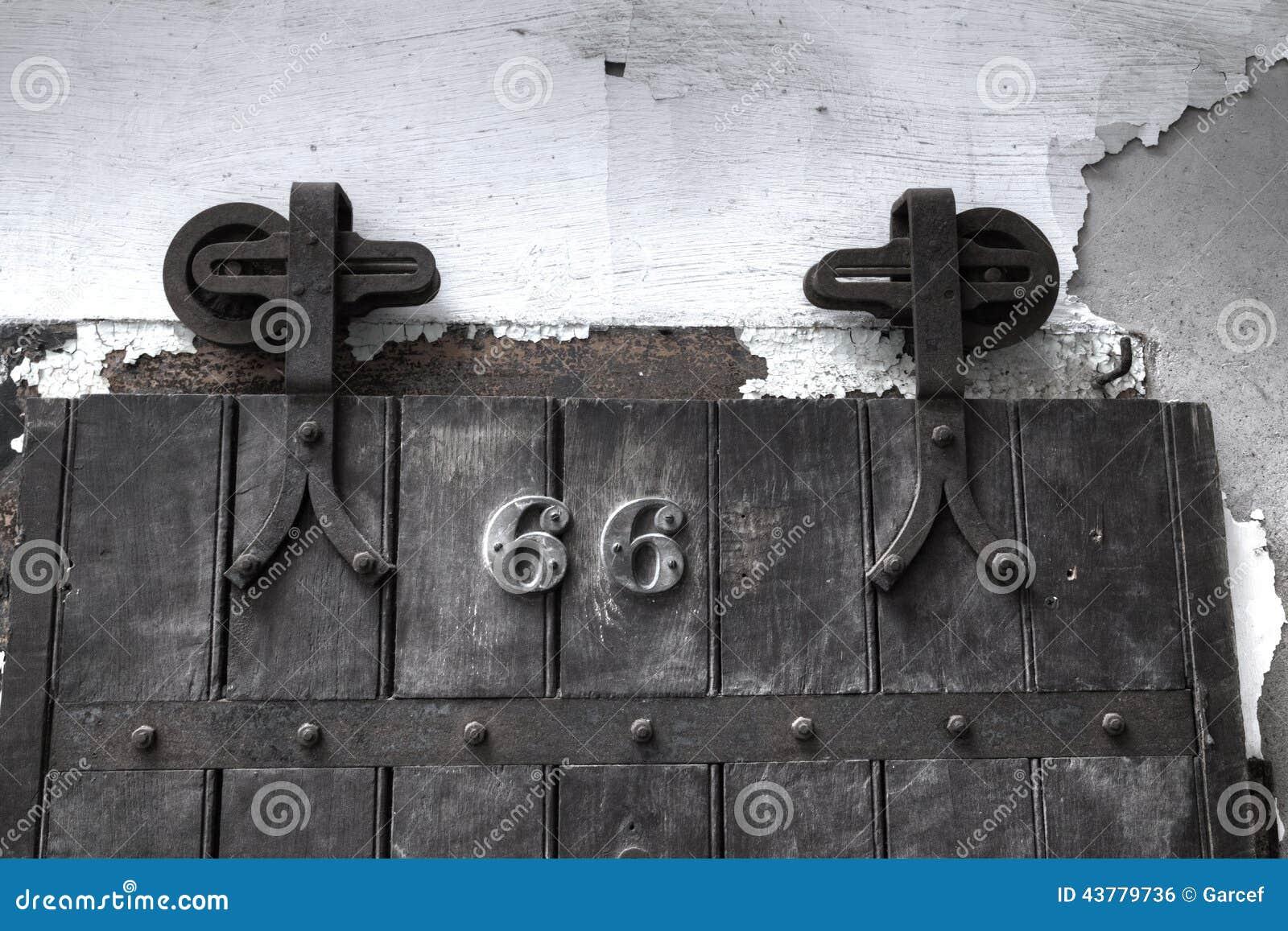 De deur van de gevangeniscel