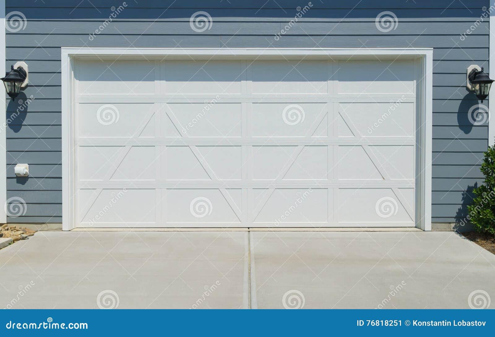 De deur van de huisgarage