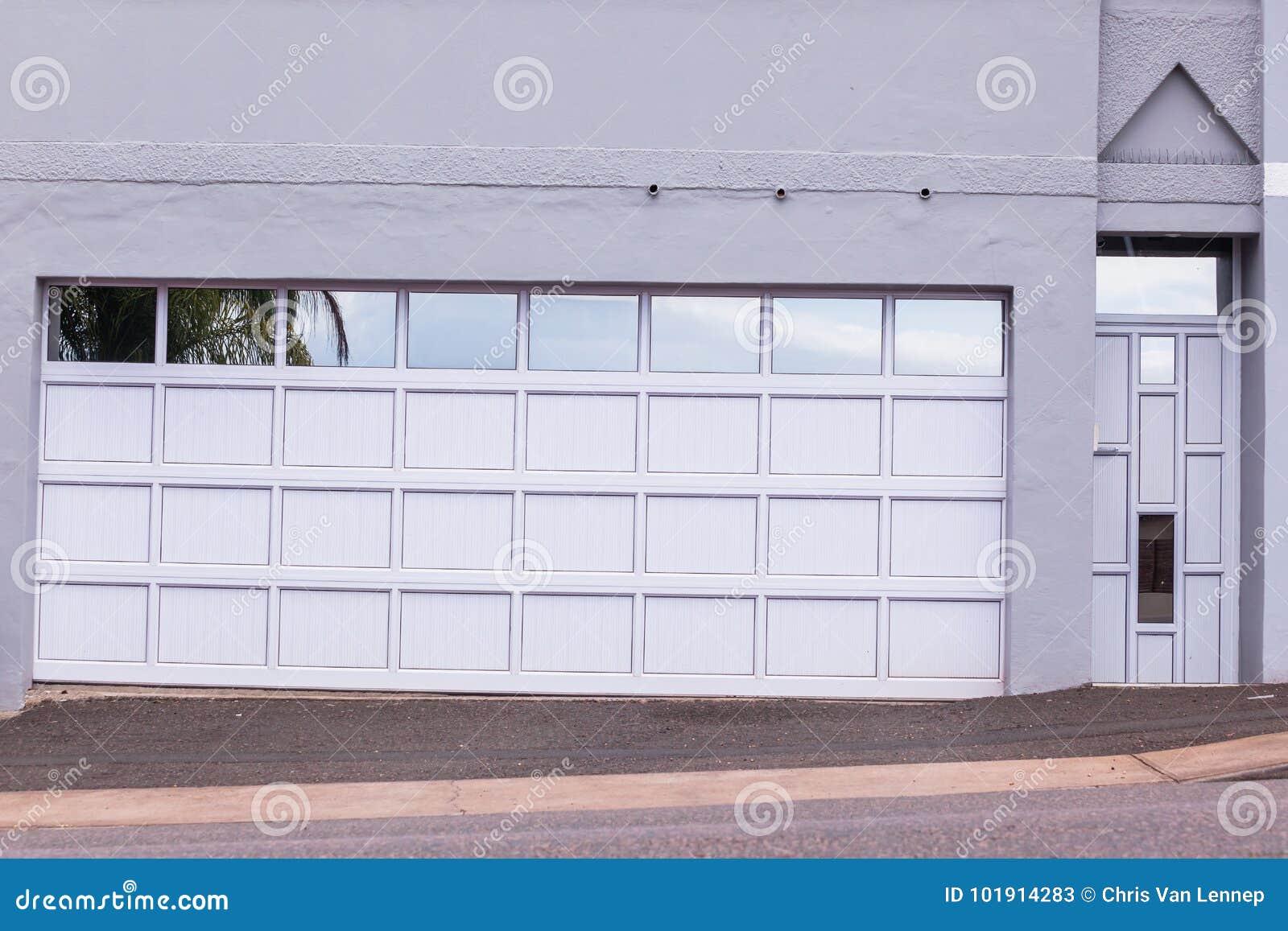 De Deureningang van garagebezoekers