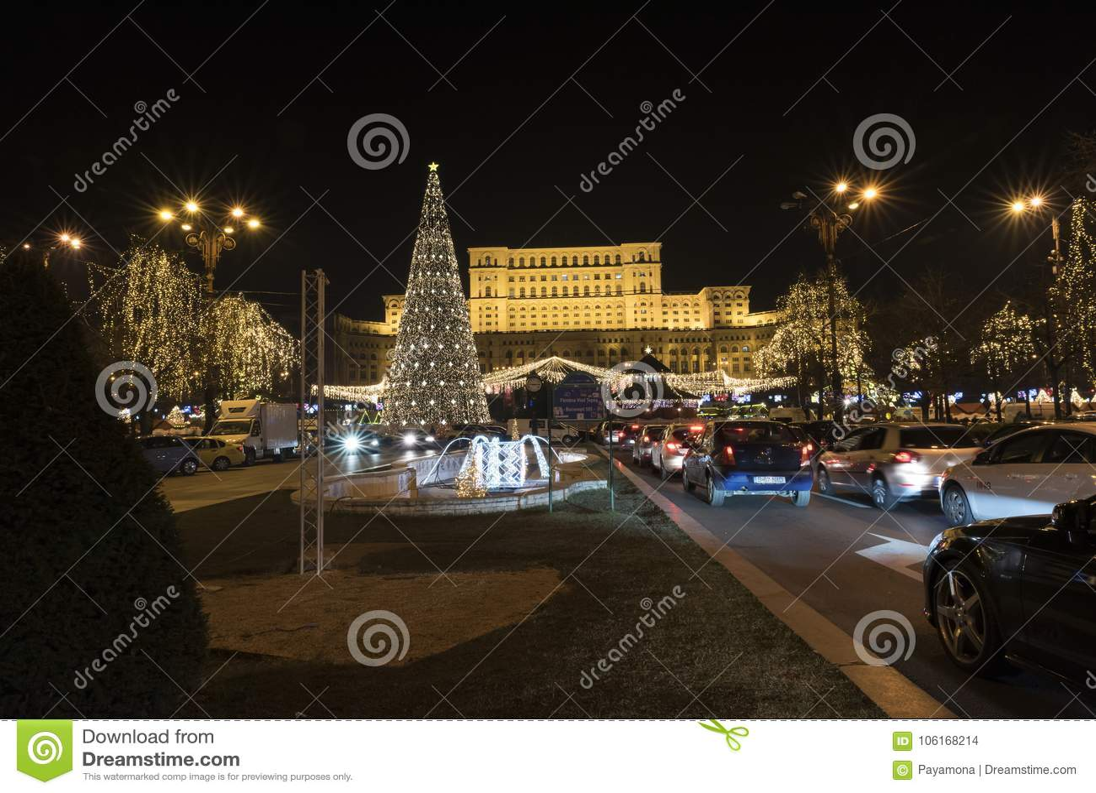 12 de dezembro de 2017 mercado do Natal no palácio da árvore do parlamento Bucareste Romênia, da decoração e de Natal, de muitas