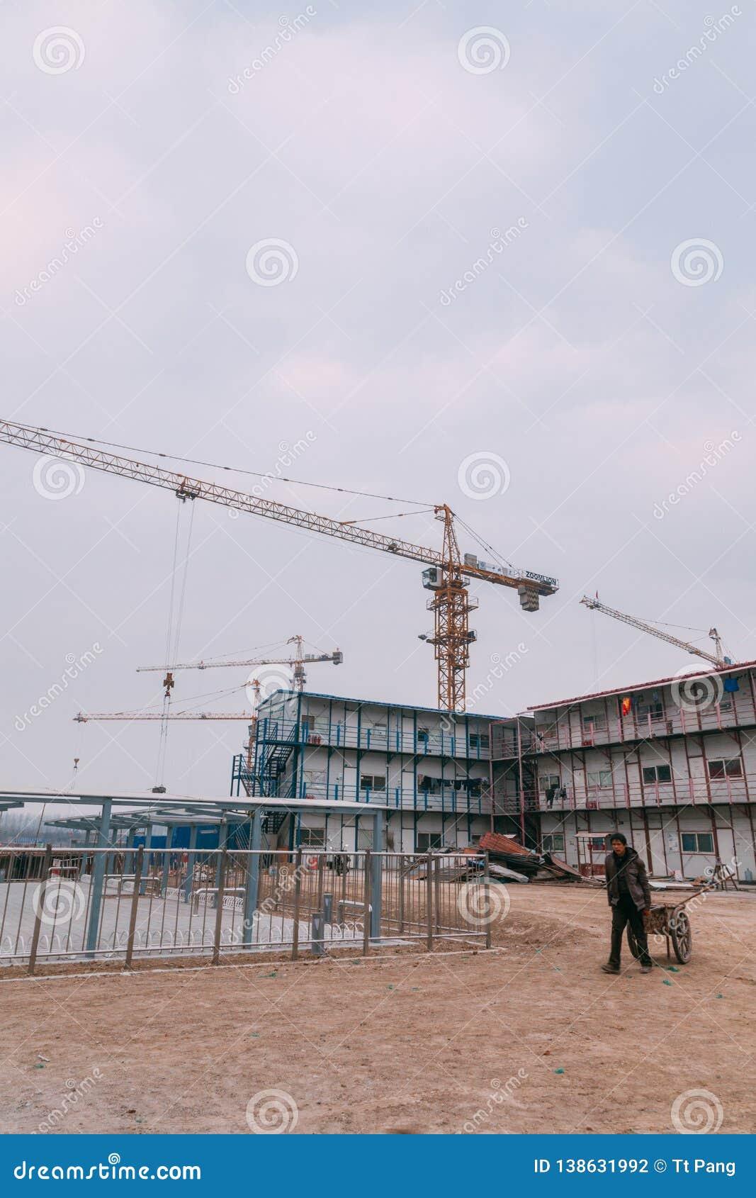 18 de dezembro de 2014 Pequim Atividade de trabalho em um canteiro de obras na cidade com guindastes e trabalhadores