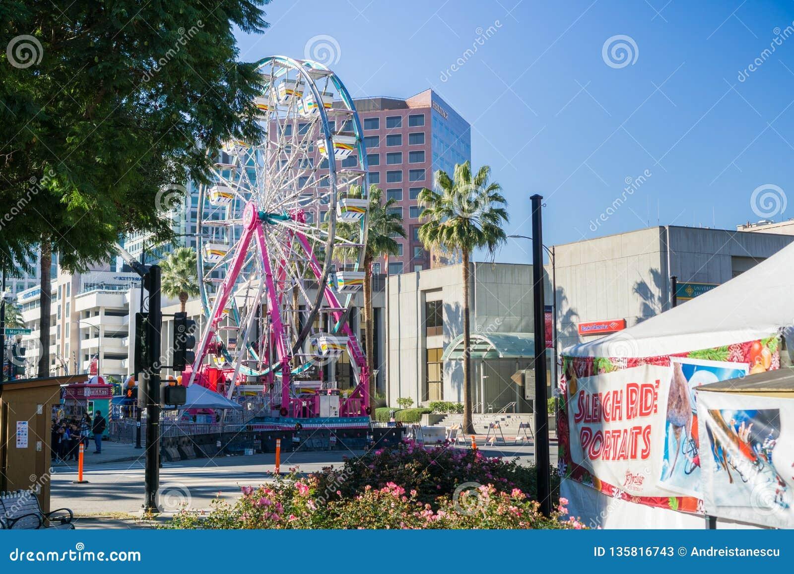 6 de dezembro de 2017 San Jose/CA/EUA - roda de Ferris no Natal na exposição do centro do parque na plaza de Cesar Chavez, Silico