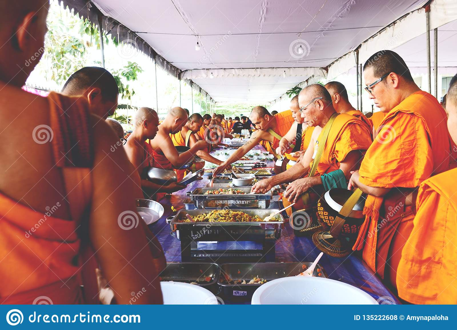 7 de diciembre de 2018, camino de Thep Khunakon, Na Mueang, Chachoengsao, Tailandia, limosnas del recept de los monjes en la univ