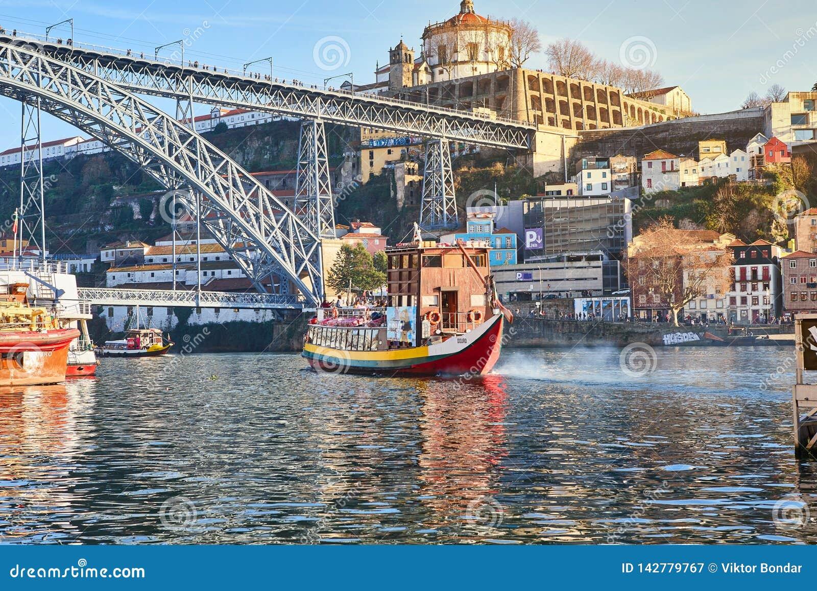 09 de diciembre de 2018 - Oporto, Portugal: Vista de la ciudad histórica con el puente de Dom Luiz Un tren del metro se puede ver