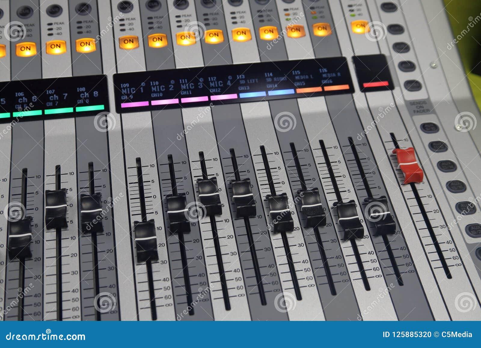 De digitale correcte raad gebruikte om audio te mengen