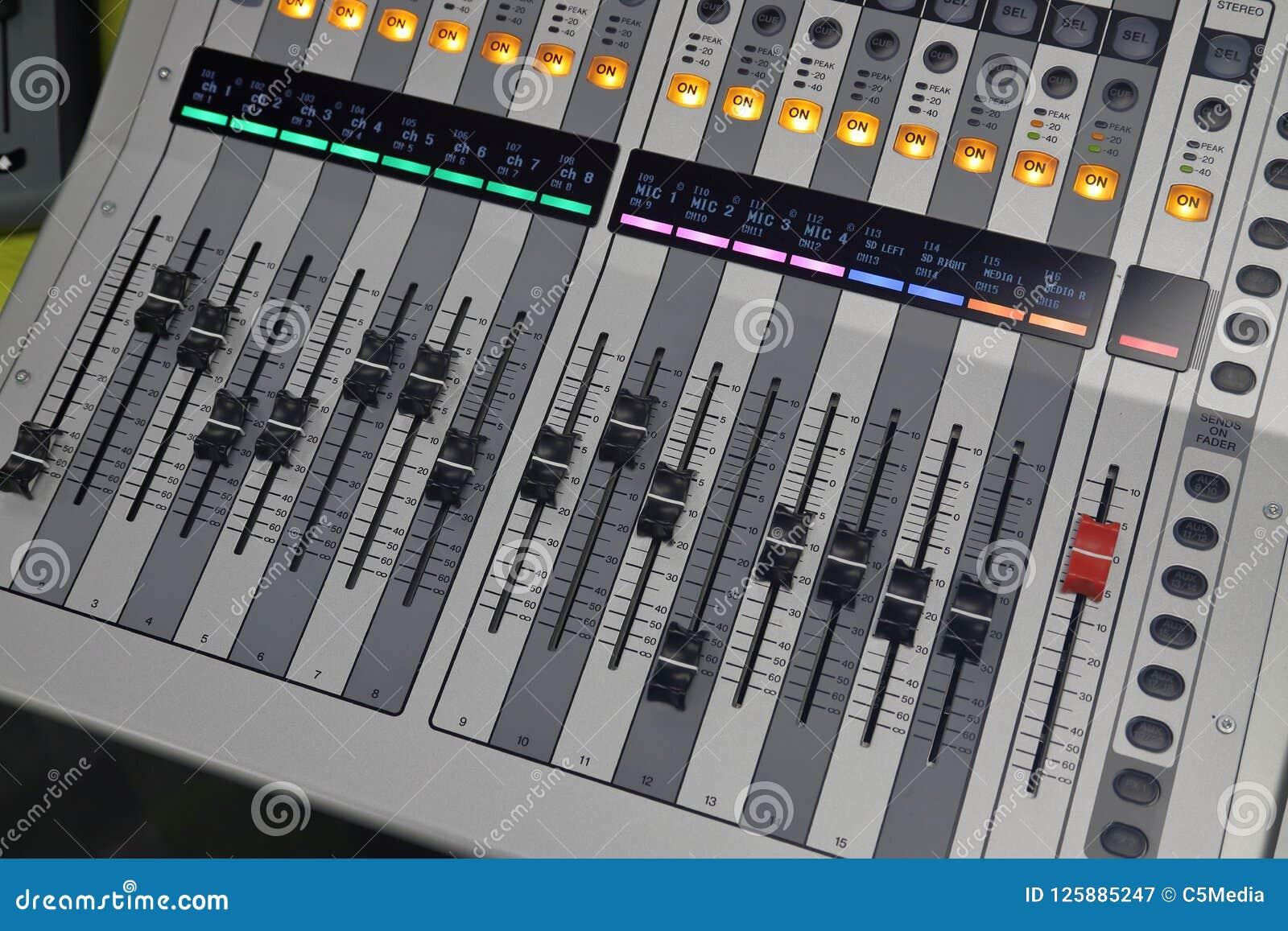 De digitale correcte raad gebruikte om geluid te mengen