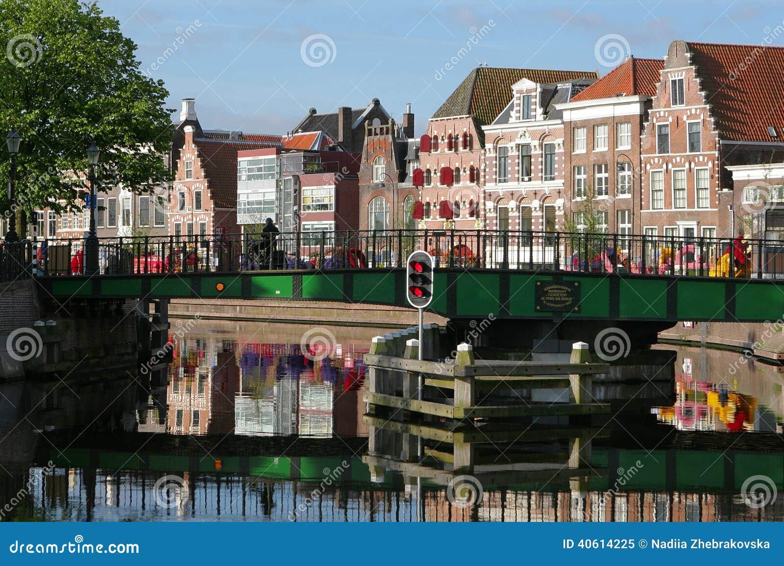 De dijk van Haarlem op een zonnige dag met een mening van de brug