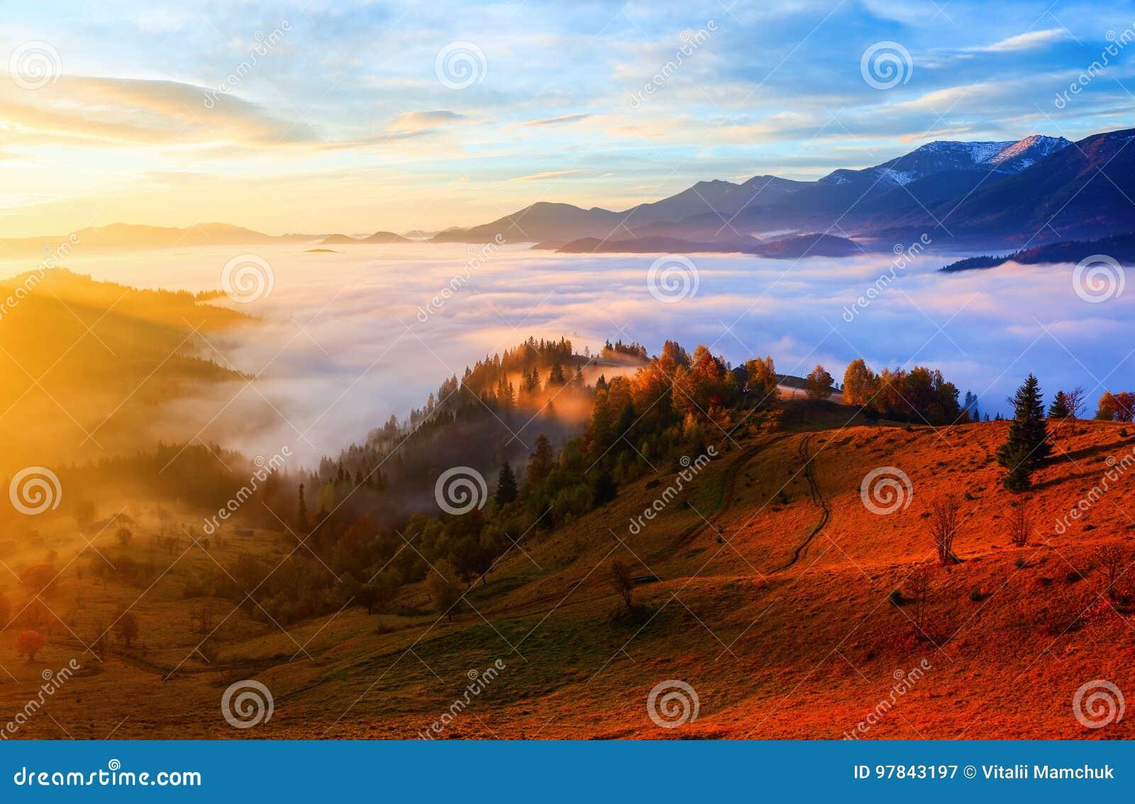 De dikke mist, behandelde de vallei, waarachter bergheuvels toeneem