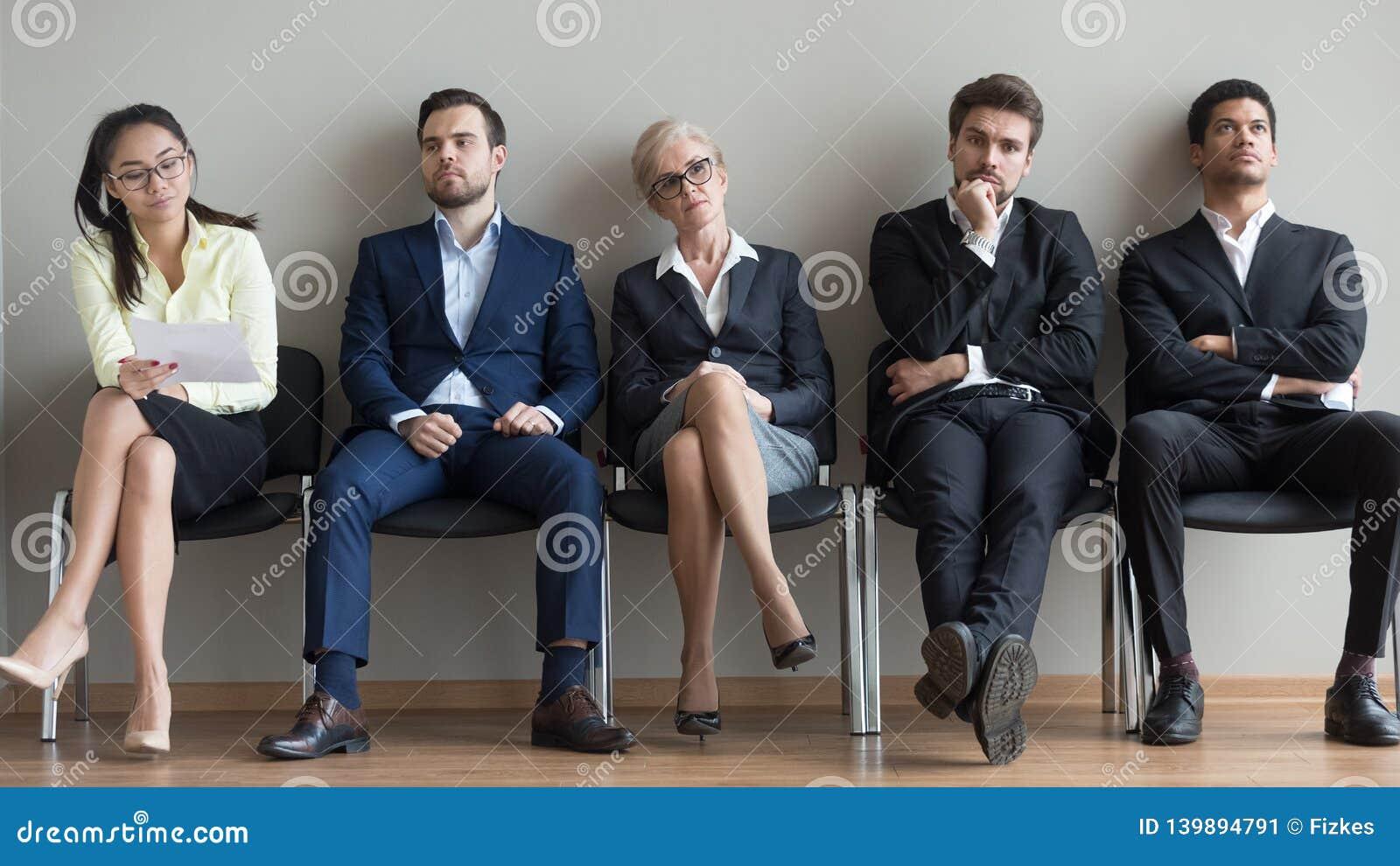 De diverse kandidaten die op hun draai wachten die voor baan voorbereidingen treffen interviewen