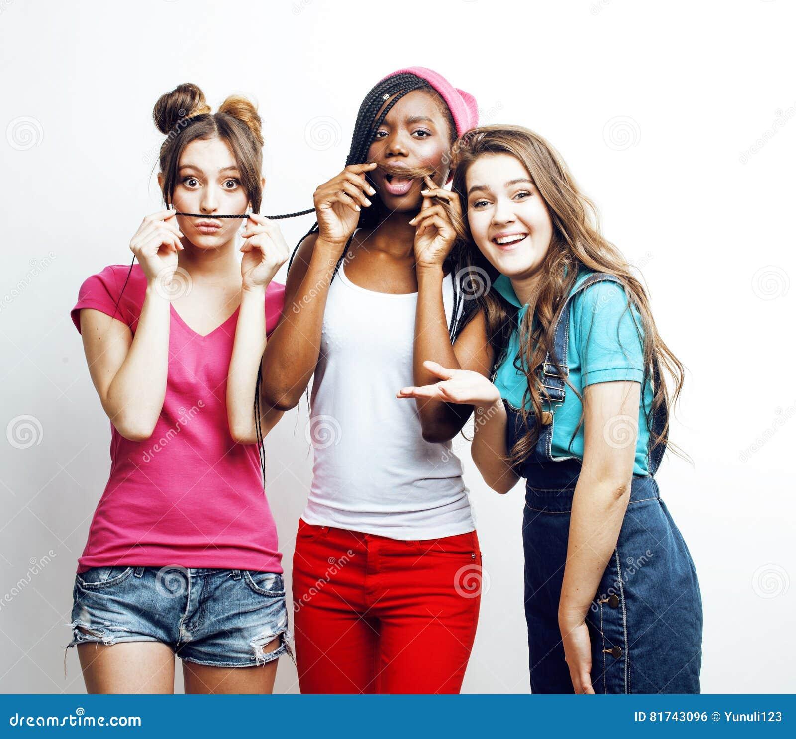 De diverse multinatiemeisjes groeperen zich, tiener vrolijk vriendenbedrijf die pret hebben, het gelukkige glimlachen, het leuke