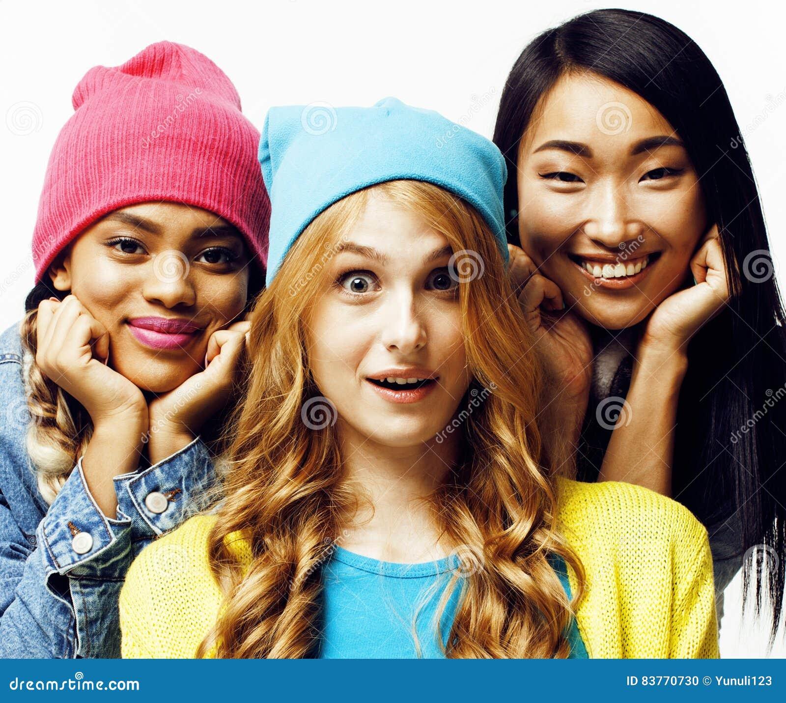 De diverse natiemeisjes groeperen zich, tiener vrolijk vriendenbedrijf die pret hebben, het gelukkige glimlachen, het leuke stell
