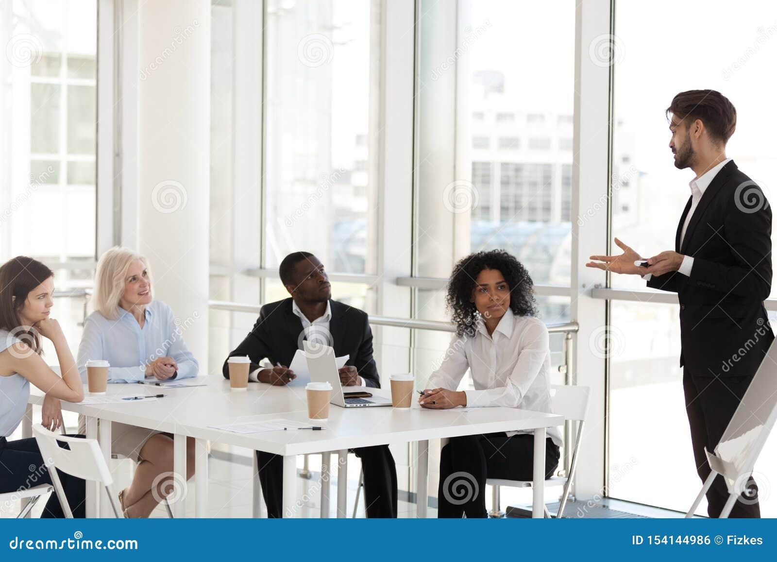 De diverse werknemers op bedrijfvergadering met zaken trainen of mentor