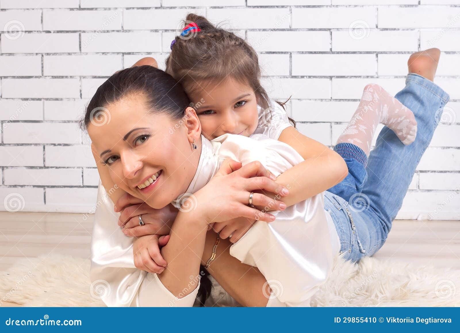 De dochter is op de rug van een moeder