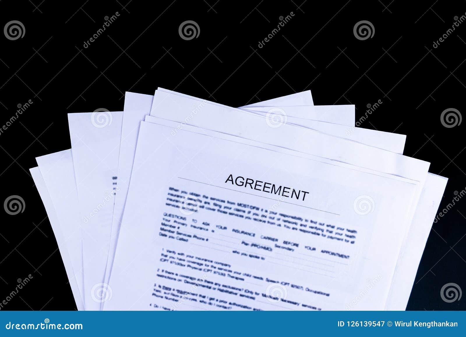 De Documenten van overeenkomstendocumenten met zwarte achtergrond en hoogste mening,