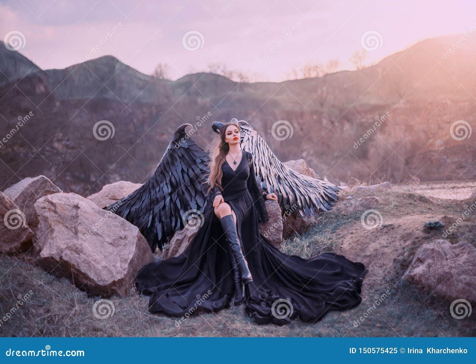De doen herleven gargouille, koningin van nacht het letten op zonsopgang, meisje in lange lichte zwarte kleding met zwarte veervl