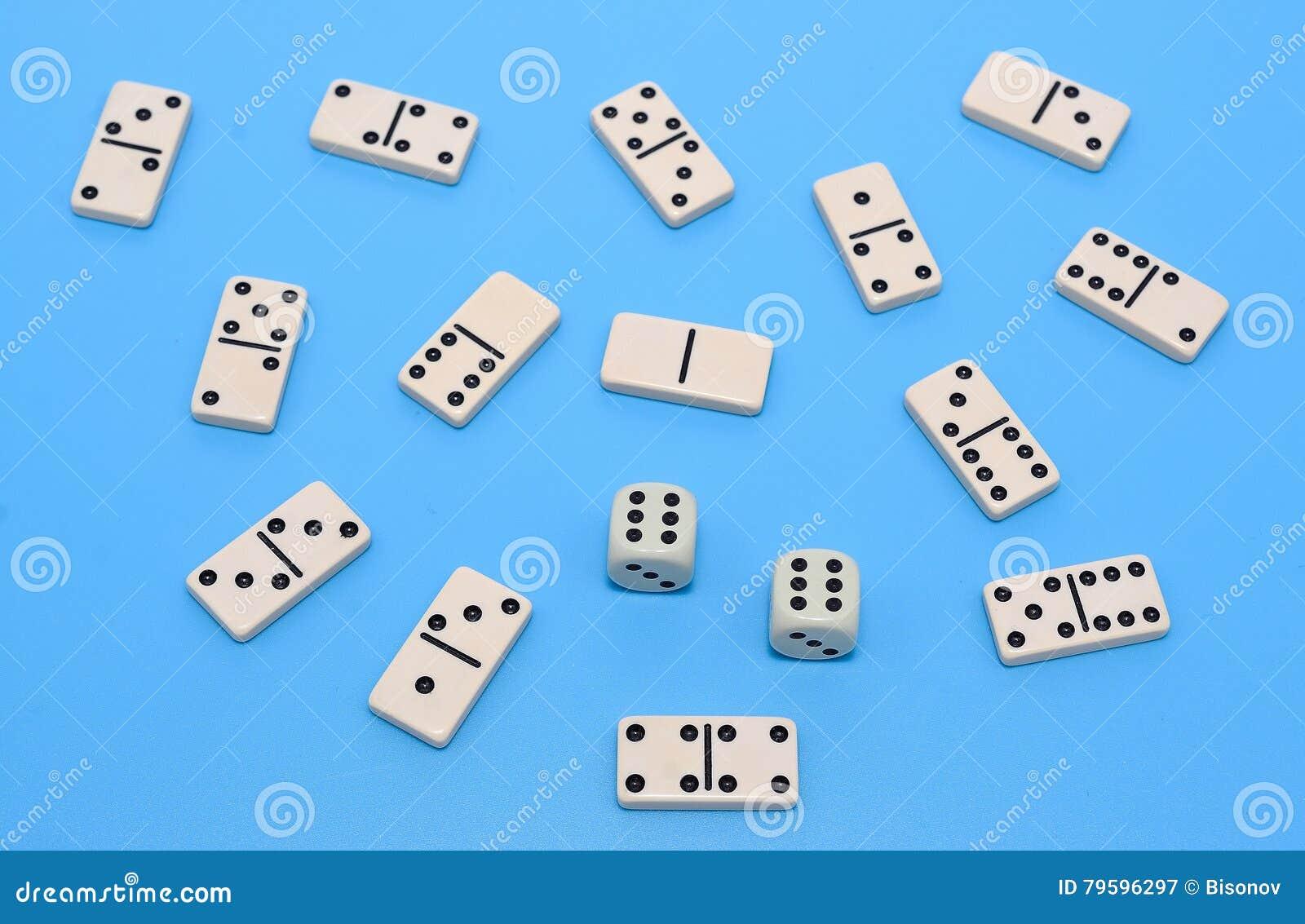 De domino en twee dobbelen achtergrond op blauwe samenvatting